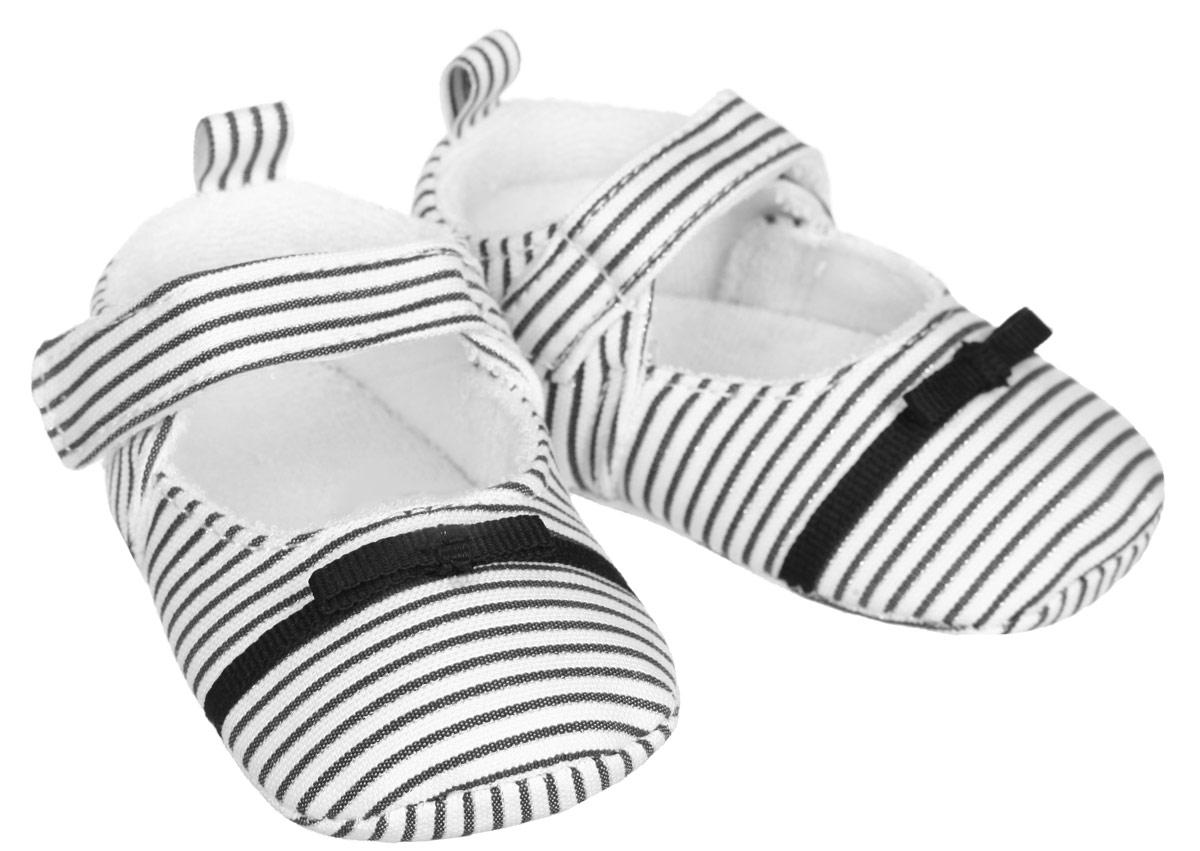 Пинетки для девочки. 111311131Пинетки для девочки Luvable Friends, стилизованные под туфельки, станут стильным дополнением к гардеробу малышки. Изделие выполнено из хлопка и полиэстера. Модель дополнена удобной застежкой на липучке, надежно фиксирующей пинетки на ножке малышки. На стопе предусмотрен прорезиненный рельефный рисунок, благодаря которому ребенок не будет скользить. Изделие оформлено принтом в полоску, декорировано металлизированной блестящей нитью и очаровательным бантиком. Мягкие, не сдавливающие ножку материалы делают модель практичной и популярной. Такие пинетки - отличное решение для малышей и их родителей!