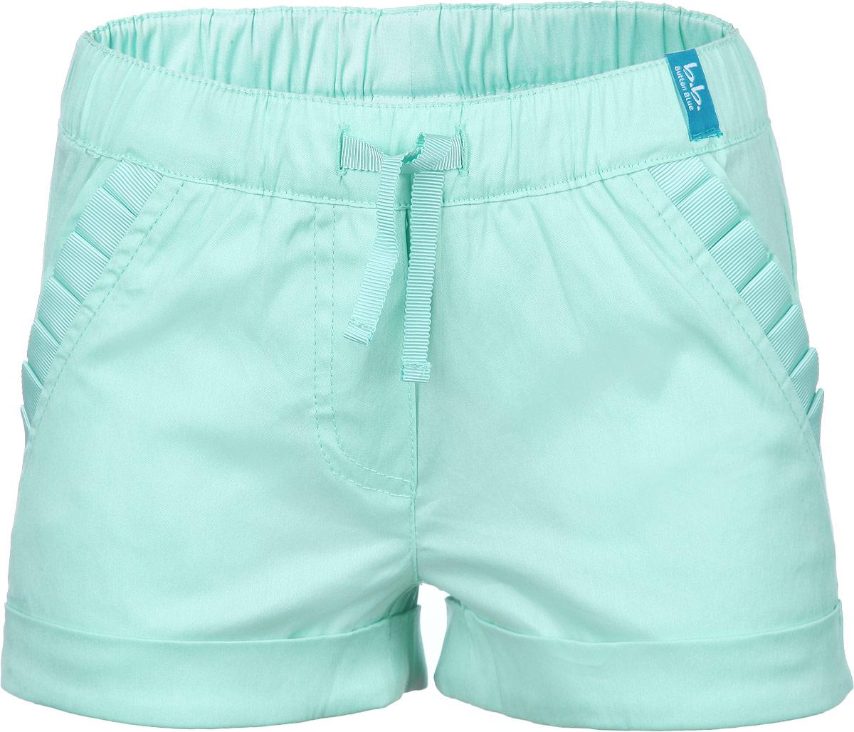 Шорты116BBGM6001Стильные шорты для девочки Button Blue идеально подойдут вашему ребенку и станут отличным дополнением к детскому гардеробу. Шорты выполнены из эластичного хлопка с добавлением нейлона, мягкие и приятные на ощупь, не сковывают движения и позволяют коже дышать, обеспечивая наибольший комфорт. Шорты на талии имеют широкую эластичную резинку с внутренним затягивающимся шнурком, благодаря чему они не сдавливают животик ребенка и не сползают. Спереди расположены два втачных кармана, украшенных оборкой. Снизу модель дополнена декоративными отворотами. В таких шортах ваша маленькая модница будет чувствовать себя комфортно, уютно и всегда будет в центре внимания!