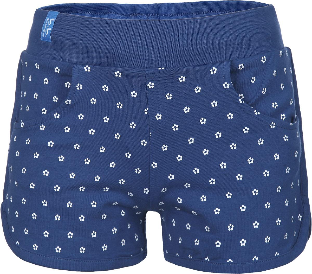 Шорты116BBGB5406Стильные шорты для девочки Button Blue идеально подойдут для активного отдыха и прогулок. Изготовленные из эластичного хлопка, они необычайно мягкие и приятные на ощупь, не сковывают движения малышки и позволяют коже дышать, не раздражают даже самую нежную и чувствительную кожу ребенка, обеспечивая наибольший комфорт. Короткие шортики имеют широкую эластичную резинку на поясе. С внутренней стороны пояс регулируется шнурком-кулиской. Спереди модель дополнена двумя втачными кармашками. Шорты оформлены мелким цветочным принтом. Оригинальный современный дизайн и модная расцветка делают эти шорты модным и стильным предметом детского гардероба. В них ваша малышка всегда будет в центре внимания!