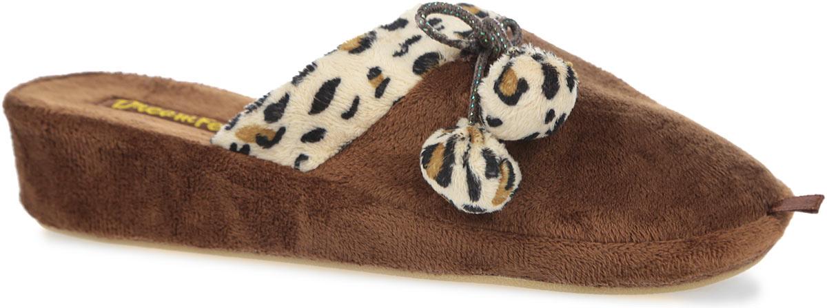 Тапки женские. SD-36SD-36/BROWNОчень комфортные женские тапки Dream Feet, выполненные из мягкого и приятного текстиля, помогут отдохнуть вашим ножкам после трудового дня. Внешняя сторона тапочек оформлена текстильной вставкой с леопардовым принтом и дополнена помпонами. Утолщенная подошва с рельефным протектором обеспечивает сцепление с любыми поверхностями. Необыкновенно легкие тапочки не теряют формы, а подошва не деформируется даже после стирки в машинке. Благодаря сочетанию испанской традиции производства и интересного дизайна тапочки Dream Feet позволят достичь ощущения абсолютного комфорта, и будут прекрасно смотреться с домашним халатом или мягким домашним костюмом.