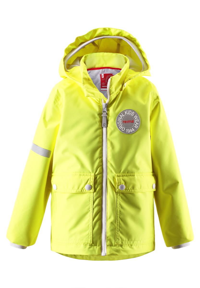Куртка521437_2310Детская куртка Reima Taag идеально подойдет для ребенка в прохладное время года. Куртка изготовлена из водоотталкивающей и ветрозащитной мембранной ткани. Материал отличается высокой устойчивостью к трению, благодаря специальной обработке полиуретаном поверхность изделия отталкивает грязь и воду, что облегчает поддержание аккуратного вида одежды, дышащее покрытие с изнаночной части не раздражает даже самую нежную и чувствительную кожу ребенка, обеспечивая ему наибольший комфорт. Куртка с капюшоном и длинными рукавами застегивается на пластиковую застежку-молнию с защитой подбородка, благодаря чему ее легко надевать и снимать, и дополнительно имеет внутреннюю ветрозащитную планку. Капюшон, дополненный специальным трикотажным козырьком, защитит нежные щечки от ветра, он пристегивается к куртке при помощи застежек-кнопок. Рукава дополнены трикотажными эластичными манжетами. Мягкая подкладка на воротнике обеспечивает дополнительный комфорт. Спинка изделия удлинена. Спереди...