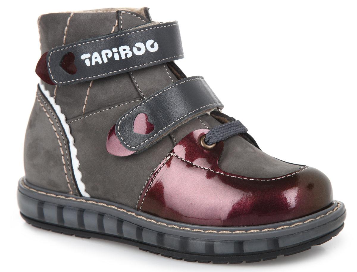 Ботинки для девочки. FT003.15-OL12O.01FT-23003.15-OL12O.01Стильные детские ботинки TapiBoo приведут в восторг вашу малышку. Модель выполнена из комбинации натурального нубука и натуральной кожи разной фактуры. Подкладка и стелька, изготовленные из мягкого и утепленного синтетического волокна, согреют ножки ребенка от холода и обеспечат уют. Ремешки на застежках-липучках, один из которых дополнен символикой бренда, позволяют оптимально подогнать полноту обуви по ноге и гарантируют надежную фиксацию. Жесткий фиксирующий задник с удлиненным крылом стабилизирует голеностопный сустав во время ходьбы. Подъем дополнен декоративным шнурком и металлическими люверсами. Задник декорирован вставкой из натуральной кожи контрастного цвета. Ремешки декорированы вставками из лаковой кожи и вырезами в виде сердца. Упругая, умеренно-эластичная подошва, имеющая перекат, который позволяет повторить естественное движение стопы при ходьбе, предназначена для правильного распределения нагрузки на опорно-двигательный аппарат ребенка. Удобные ботинки придутся по душе...