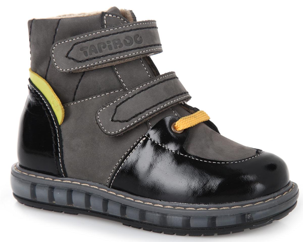 FT-23003.15-OL12O.02Стильные детские ботинки TapiBoo приведут в восторг вашего ребенка. Модель выполнена из комбинации натурального нубука и натуральной кожи. Подкладка и стелька, изготовленные из мягкого и утепленного синтетического волокна, согреют ножки ребенка от холода и обеспечат уют при погодных условиях от +5 °С до -5 °С. Ремешки на застежках-липучках позволяют оптимально подогнать полноту обуви по ноге и гарантируют надежную фиксацию. Подъем дополнен декоративным шнурком и металлическими люверсами. Жесткий фиксирующий задник с удлиненным крылом стабилизирует голеностопный сустав во время ходьбы. Задник декорирован вставкой из натуральной кожи контрастного цвета с символикой бренда. Упругая, умеренно-эластичная подошва, имеющая перекат, который позволяет повторить естественное движение стопы при ходьбе, предназначена для правильного распределения нагрузки на опорно-двигательный аппарат ребенка. Удобные ботинки придутся по душе вашему ребенку!