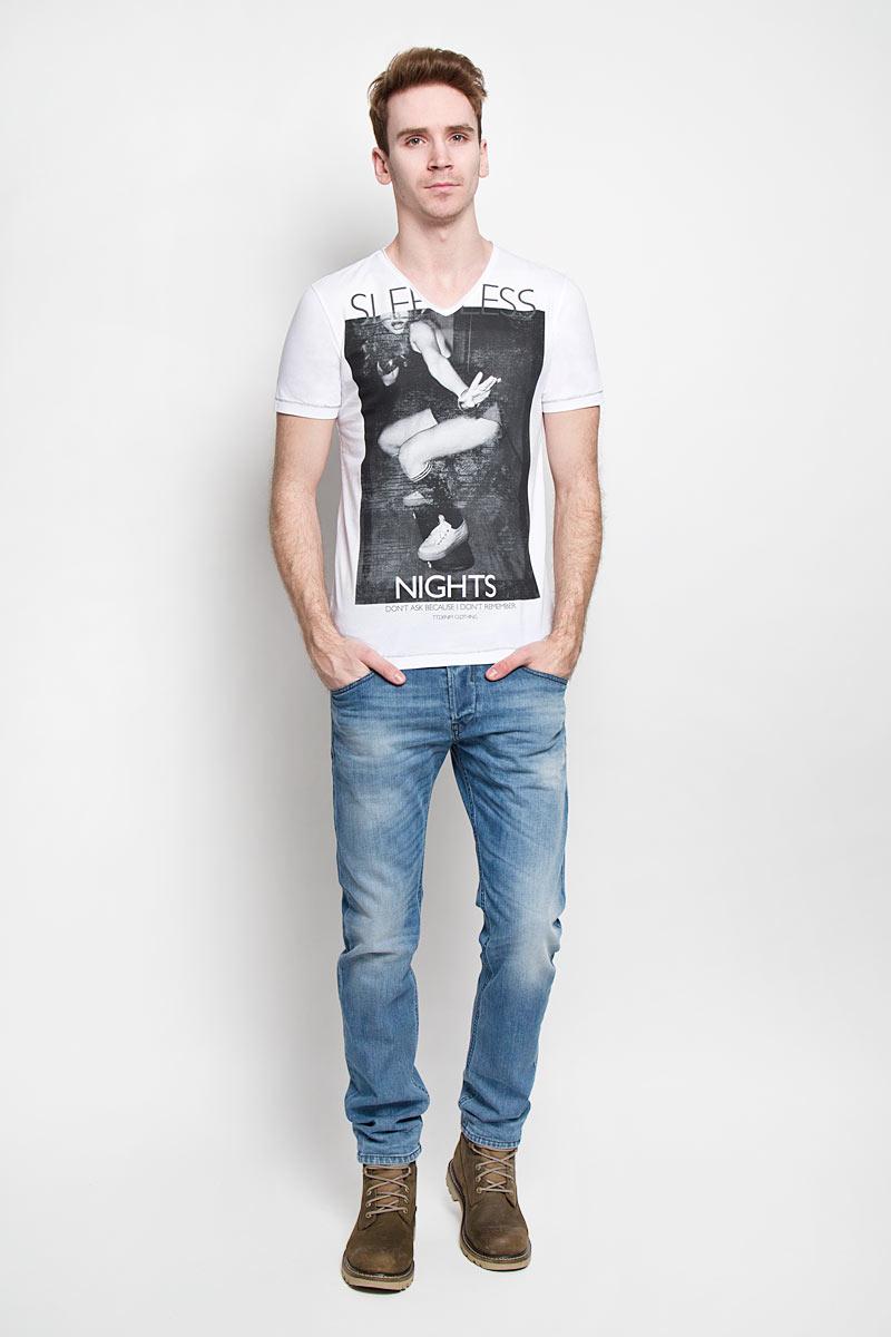 Футболка1033761.02.12Ультрамодная мужская футболка Tom Tailor Denim, изготовленная из натурального хлопка, прекрасно подойдет для повседневной носки. Материал очень мягкий и приятный на ощупь, не сковывает движения и позволяет коже дышать. Потрясающий дизайн - оригинальная строчка, V-образный вырез горловины, провокационный принт. Такая модель будет дарить вам комфорт в течение всего дня и станет стильным дополнением к вашему гардеробу.