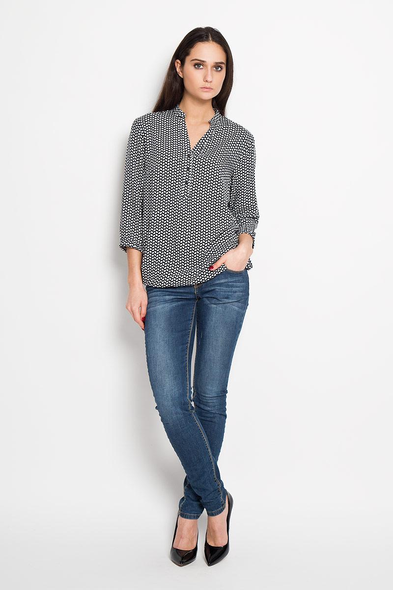 B16-11068Стильная блузка Finn Flare выполнена из мягкой вискозы, материал очень приятный на ощупь. Модель свободного кроя с рукавами 3/4 и V-образным вырезом горловины застегивается на пуговицы до середины изделия. Низ и рукава оснащены резинкой. Эта блузка послужит отличным дополнением к вашему гардеробу, в ней вы будете чувствовать себя комфортно.