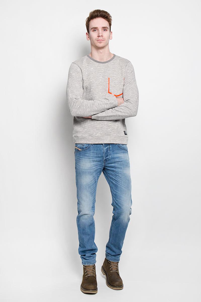 Свитшот2529893.00.12Стильный мужской свитшот Tom Tailor Denim, изготовленный из натурального хлопка, необычайно мягкий и приятный на ощупь, не сковывает движения, обеспечивая наибольший комфорт. Лицевая сторона гладкая, а изнаночная - с мягким теплым начесом. Изделие прямого кроя с круглым вырезом горловины и длинными рукавами оформлено термоаппликацией в виде имитации кармана. Эта модная и в тоже время комфортная модель отличный вариант как для активного отдыха, так и для занятий спортом!
