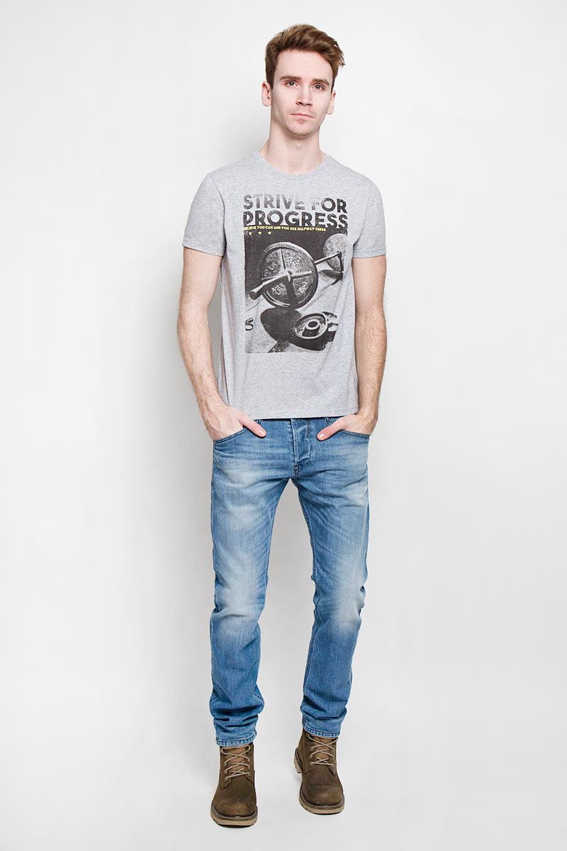 ФутболкаTs-211/1001-6192Стильная мужская футболка Sela - идеальное решение для повседневной носки. Эта практичная, приятная на ощупь модель, выполненная из полиэстера с хлопком, прекрасно пропускает воздух, она позволит вам чувствовать себя уверенно и легко. Модель с короткими рукавами и круглым вырезом горловины - идеальный вариант для создания образа в стиле Casual. Футболка оформлена оригинальным принтом с изображением штанги и надписью на английском языке. Такая модель подарит вам комфорт в течение всего дня и послужит замечательным дополнением к вашему гардеробу.