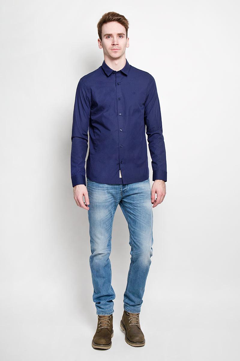 РубашкаJ3EJ301944Стильная мужская рубашка Calvin Klein Jeans, выполненная из высококачественного хлопка с небольшим добавлением эластана, приятная на ощупь, не сковывает движения, обеспечивая наибольший комфорт. Модель с отложным воротником, длинными рукавами и полукруглым низом застегивается на пластиковые пуговицы по всей длине. Манжеты также застегиваются на пуговицы. Эта модная и удобная рубашка послужит замечательным дополнением к вашему гардеробу.