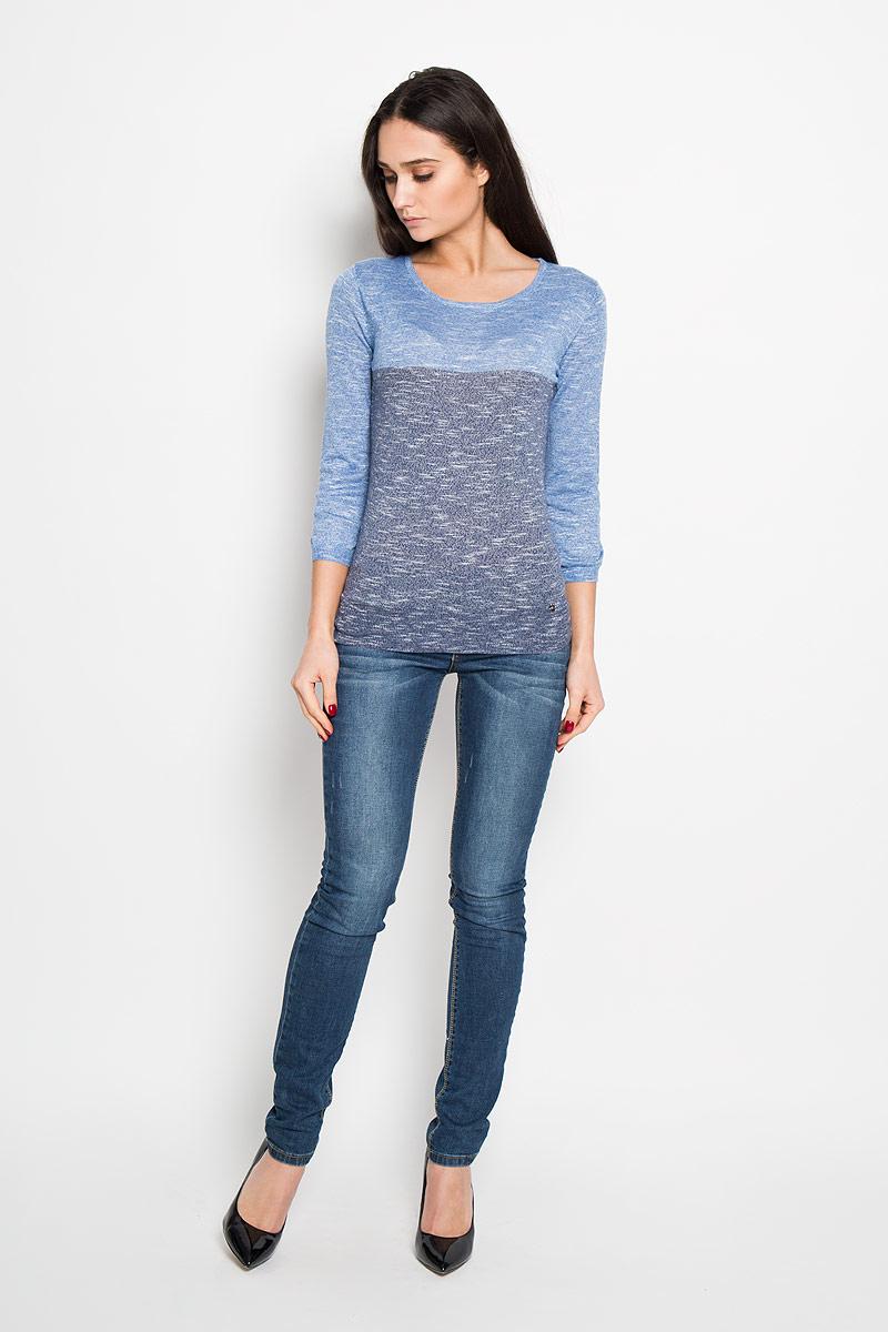 B16-12101Женский вязаный джемпер Finn Flare, выполненный из полиэстера и вискозы, необычайно мягкий и приятный на ощупь, не сковывает движения, обеспечивая наибольший комфорт. Джемпер с круглым вырезом горловины, модной расцветкой и рукавом 7/8 идеально гармонирует с любыми предметами одежды и будет уместен и на отдых, и на работу. Низ изделия дополнен маленьким металлическим медальоном с логотипом бренда. Мягкий и уютный джемпер станет любимым элементом вашего гардероба.
