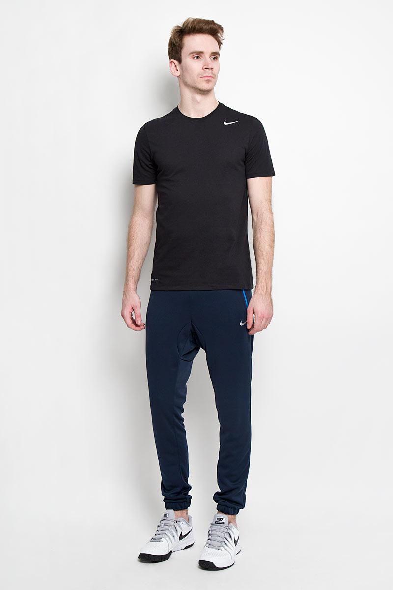 Брюки спортивные мужские AV15 CNVRSN PLYKNT PNT. 647507-452647507-452Удобные спортивные мужские брюки Nike AV15 CNVRSN PLYKNT PNT станут отличным дополнением к вашему гардеробу и подойдут для занятий спортом и повседневной носки. Модель зауженного кроя и стандартной посадки изготовлена из высококачественного полиэстера, благодаря чему великолепно пропускает воздух и обладает высокой гигроскопичностью. Брюки дополнены эластичной резинкой и затягивающимся шнурком на талии. Брюки оснащены двумя втачными карманами на застежке-молнии спереди и одним врезным карманом на липучке сзади. Снизу брючины имеют эластичные резинки. Эти модные и в тоже время удобные брюки - настоящее воплощение комфорта. В них вы всегда будете чувствовать себя уверенно и уютно.