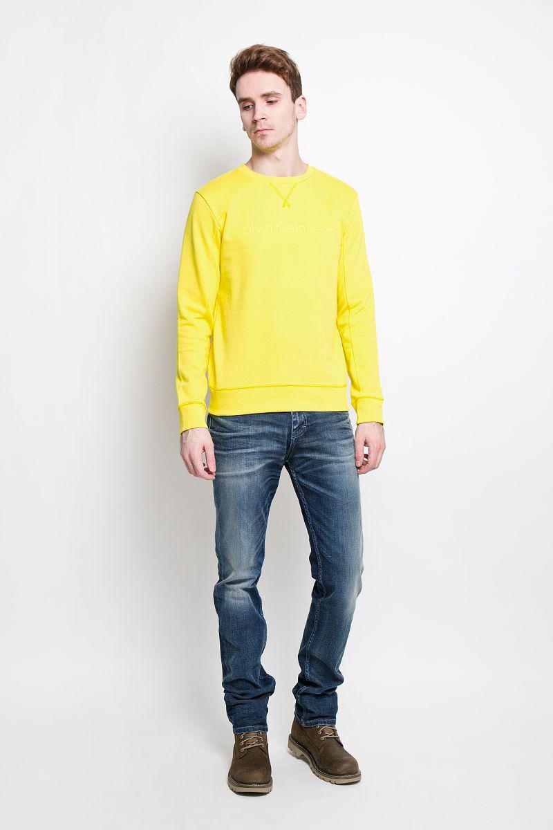 Джинсы мужские. J3IJ303478J3IJ303478Стильные мужские джинсы Calvin Klein - джинсы высочайшего качества на каждый день. Модель прямого кроя и средней посадки изготовлена из высококачественного материала. Изделие оформлено тертым эффектом и перманентными складками. Застегиваются джинсы на пуговицу в поясе и ширинку на застежке-молнии, имеются шлевки для ремня. Спереди модель оформлены двумя втачными карманами и одним небольшим секретным кармашком, а сзади - двумя накладными карманами. Эти модные и в тоже время комфортные джинсы послужат отличным дополнением к вашему гардеробу. В них вы всегда будете чувствовать себя уютно и комфортно.