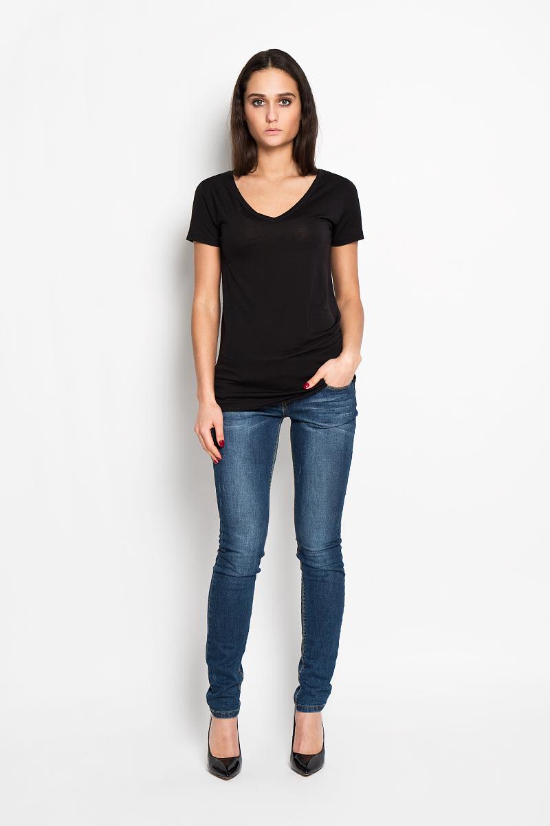 J2EJ203370Стильная женская футболка Calvin Klein Jeans приятная на ощупь не сковывает движения и позволяет коже дышать. Модель с V-образным вырезом горловины и короткими рукавами спереди оформлена изображением логотипа бренда. Эта футболка станет отличным дополнением к вашему гардеробу.