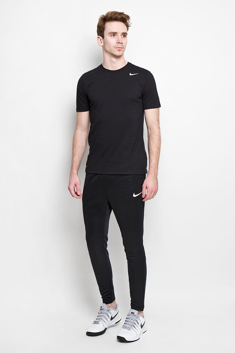 Брюки спортивные мужские Academy Tech Pant. 651380651380_012Мужские брюки Nike Academy Tech Pant - универсальная одежда для любых спортивных игр и тренировок. Эластичный воздухопроницаемый материал DRI-FIT в сочетании с непринужденным кроем дарит обладателю комфорт и свободу движений во время ношения. В нижней части на боковых швах предусмотрены застежки-молнии, в расстегнутом виде дающие возможность изменить ширину брючин для дополнительного удобства, а наличие функциональных врезных карманов также на застежках-молниях особенно актуально для хранения под рукой той или иной мелочи, которая может пригодиться на тренировке.