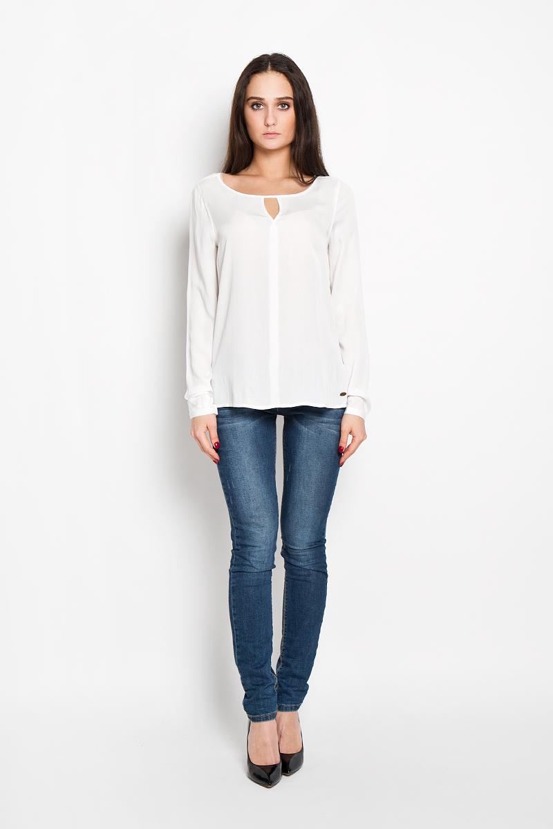Блузка2031058.00.71Стильная женская блуза Tom Tailor Denim выполнена из легкой ткани, мягкой и приятной на ощупь. Модель подчеркнет ваш стиль и поможет создать оригинальный женственный образ. Блузка немного расклешенная к низу, с длинными рукавами и круглым вырезом горловины. Рукава модели имеют узкий манжет, застёгивающийся на пуговицу. Горловина украшена оригинальным вырезом в виде V-образной капельки. Спинка имеет актуальное удлинение. Блузка спереди в нижней части декорирована металлической пластиной с логотипом бренда Denim. Такая блузка будет дарить вам комфорт в течение всего дня и послужит замечательным дополнением к вашему гардеробу.