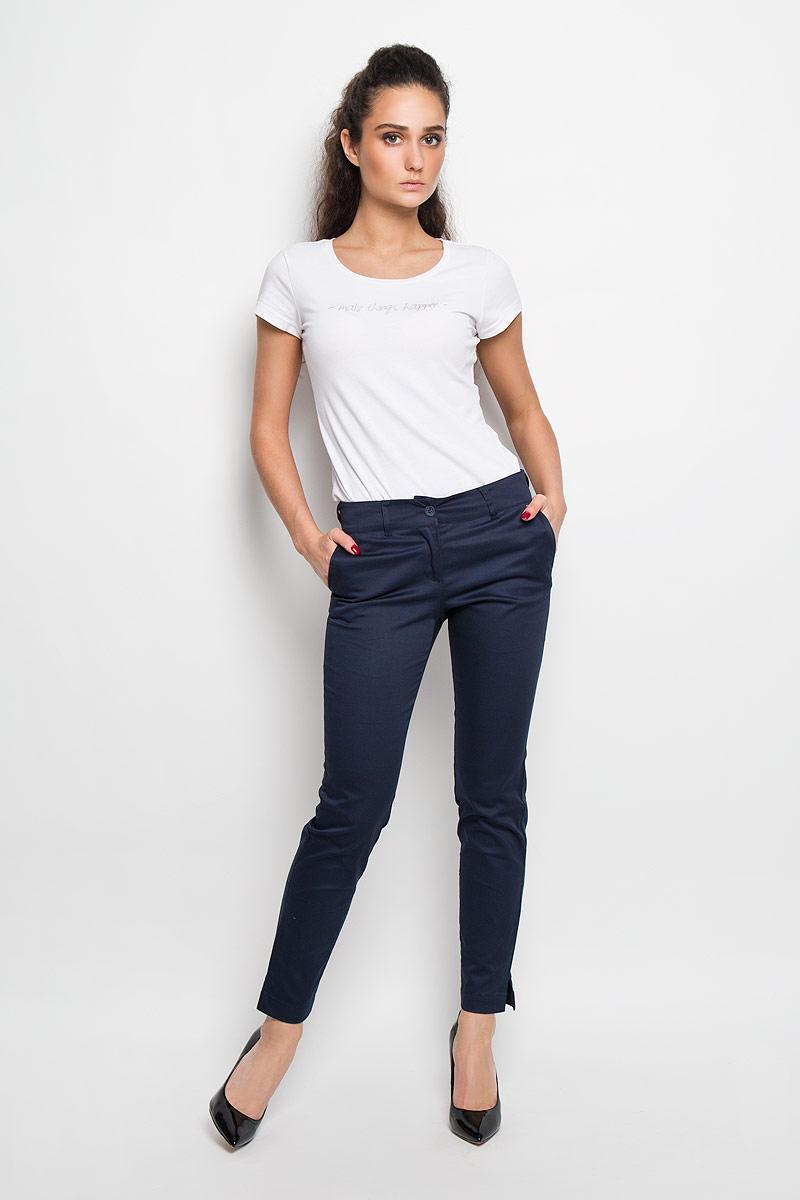 БрюкиB16-32014Элегантные брюки от Finn Flare, помогут вам создать безупречный образ. Модель зауженного кроя и средней посадки выполнена из высококачественного материала. Изделие застегивается на молнию и пуговицу, пояс дополнен шлевками для ремня. Низ брючин дополнен небольшими разрезами. По бокам расположены два втачных кармана, сзади - имитация прорезных карманов. Эти модные и в тоже время комфортные брюки послужат отличным дополнением к вашему гардеробу. В них вы всегда будете чувствовать себя стильно и уверенно.