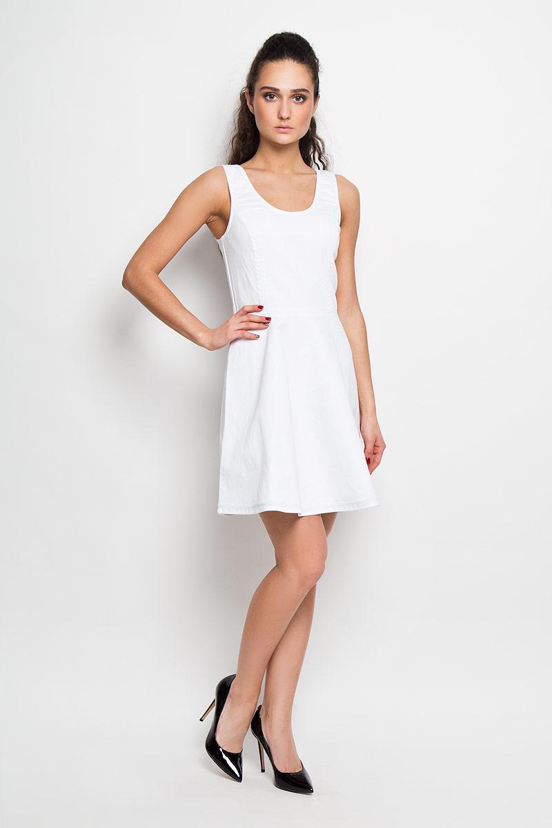 ПлатьеW7263EM1FСтильное платье Calvin Klein Jeans А-силуэта, изготовленное из высококачественного материала, не раздражает даже самую нежную и чувствительную кожу и хорошо вентилируется. Модель с круглым вырезом горловины, на широких бретелях. На спинке изделие застегивается на металлическую застежку-молнию, которая сверху дополнительно фиксируется при помощи крючка. Юбка снизу оформлена небольшой металлической пластиной с названием бренда. В таком наряде вы, безусловно, привлечете восхищенные взгляды окружающих.