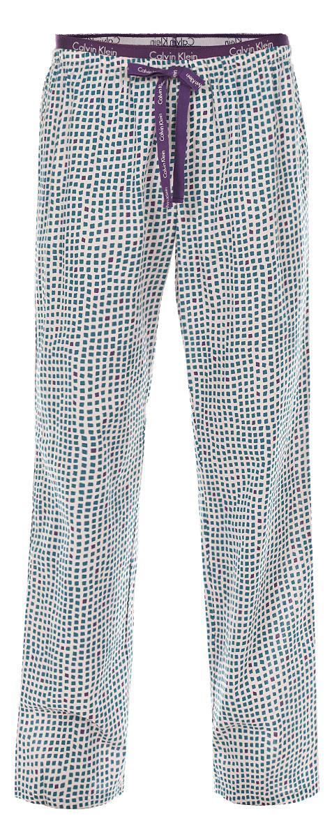 Брюки пижамные женские. QS1682EQS1682EЖенские пижамные брюки Calvin Klein подарят настоящий комфорт своей обладательнице. Выполненные из натурального хлопка, они легкие, приятные к телу, отлично пропускают воздух. Брюки свободного кроя на широком эластичном поясе оформлены текстильным бантиком. Пояс и бант дополнены надписями с названием бренда. Модель оформлена оригинальным клетчатым принтом. Брюки станут идеальным дополнением к вашему гардеробу, в них вы будете чувствовать себя комфортно и уютно!