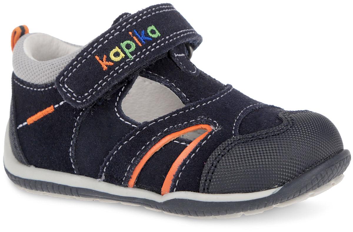 Сандалии для мальчика. 2227722277-2Очаровательные сандалии от Kapika не оставят равнодушным вашего мальчика! Модель, изготовленная из комбинации натуральной кожи и замши, дополнена по верху светлой прострочкой, вдоль канта - вставкой из текстиля, на заднике - текстильным ярлычком для более удобного надевания обуви. Ремешок с застежкой-липучкой, оформленный цветной вышивкой в виде названия бренда, прочно закрепит модель на ножке. Внутренняя поверхность выполнена из натуральной кожи. Стелька из натуральной кожи дополнена супинатором с перфорацией, который обеспечивает правильное положение ноги ребенка при ходьбе, предотвращает плоскостопие. Анатомическая стелька обеспечивает воздухопроницаемость, отличную амортизацию, сохранение комфортного микроклимата обуви, эффективное поглощение влаги и неприятных запахов. Мысок и задник дополнены накладками для дополнительной защиты пальцев. Максимально комфортная подошва с протектором обеспечивает отличное сцепление с поверхностью. Практичные и стильные сандалии займут достойное...