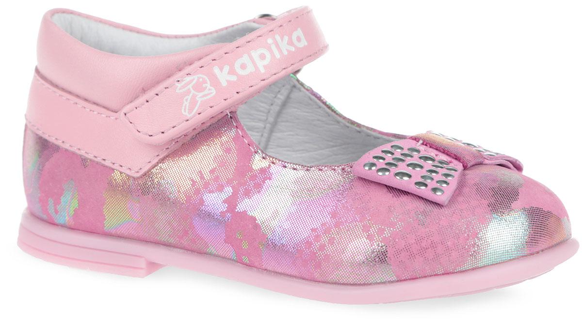 Туфли для девочки. 21280-121280-1Очаровательные туфли от Kapika придутся по душе вашей юной моднице! Модель выполнена из натуральной кожи с блестящим покрытием. Мыс изделия украшен декоративным бантиком с металлическими заклепками. Внутренняя поверхность из натуральной кожи. Застегивается модель на ремешок с липучкой, оформленный фирменным тиснением. Стелька из натуральной кожи дополнена супинатором с перфорацией, который обеспечивает правильное положение ноги ребенка при ходьбе, предотвращает плоскостопие. Анатомическая стелька обеспечивает воздухопроницаемость, отличную амортизацию, сохранение комфортного микроклимата обуви, эффективное поглощение влаги и неприятных запахов. Рифленая поверхность подошвы гарантирует отличное сцепление с любыми поверхностями. Удобные туфли - незаменимая вещь в гардеробе каждой девочки.