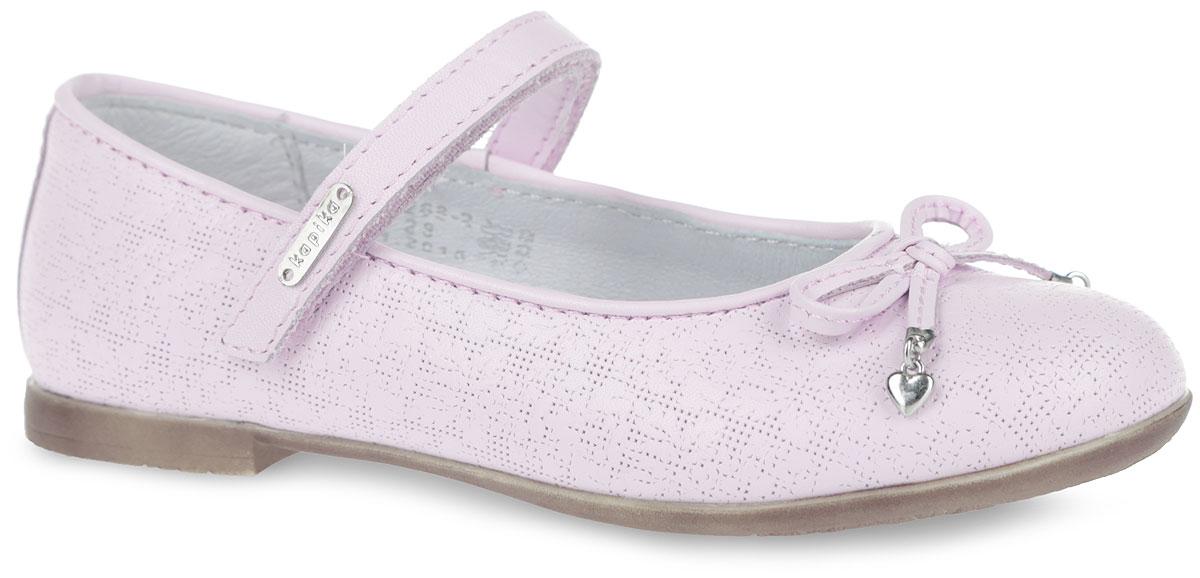 Туфли для девочки. 22268-222268-2Очаровательные туфли от Kapika придутся по душе вашей юной моднице! Модель выполнена из натуральной кожи с декоративным цветочным тиснением. Внутренняя поверхность из натуральной кожи. Застегивается модель на ремешок с липучкой. Мысок украшен бантиком с металлическими подвесками. Стелька из натуральной кожи дополнена супинатором с перфорацией, который обеспечивает правильное положение ноги ребенка при ходьбе, предотвращает плоскостопие. Анатомическая стелька обеспечивает воздухопроницаемость, отличную амортизацию, сохранение комфортного микроклимата обуви, эффективное поглощение влаги и неприятных запахов. Рифленая поверхность подошвы гарантирует отличное сцепление с любыми поверхностями. Удобные туфли - незаменимая вещь в гардеробе каждой девочки.