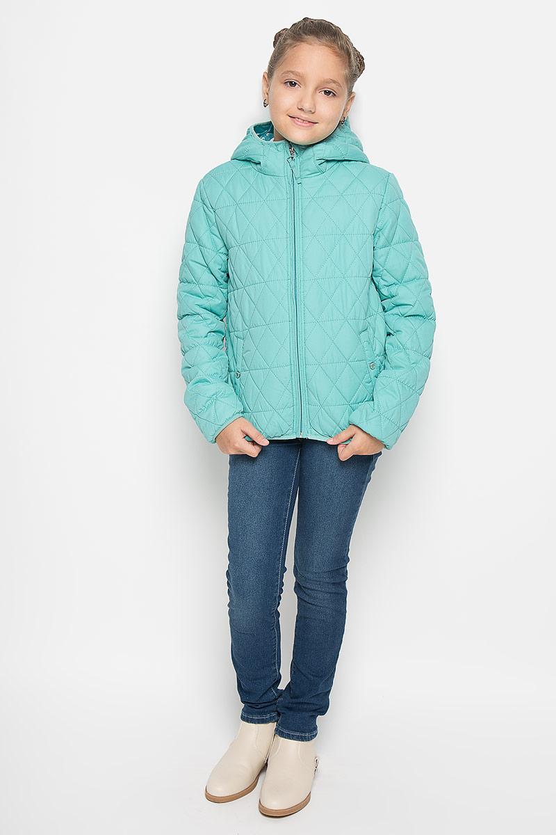 Куртка для девочки. 116BBGB41116BBGB4102Стильная куртка для девочки Button Blue идеально подойдет вашей моднице в прохладное время года. Куртка изготовлена из водоотталкивающей и ветрозащитной ткани с утеплителем из 100% полиэстера, а на подкладке используется натуральный хлопок. Стеганая куртка с капюшоном застегивается на пластиковую застежку-молнию с защитой подбородка, благодаря чему ее легко одевать и снимать, и дополнительно имеет внутренний ветрозащитный клапан. Капюшон не отстегивается. Окантовка капюшона, низ рукавов и низ изделия присборены на трикотажную эластичную бейку. Спереди имеются два прорезных кармана на кнопках. Подкладка капюшона оформлена принтом с мелким изображением сердечек. Комфортная, удобная и теплая куртка идеально подойдет для прогулок и игр на свежем воздухе!