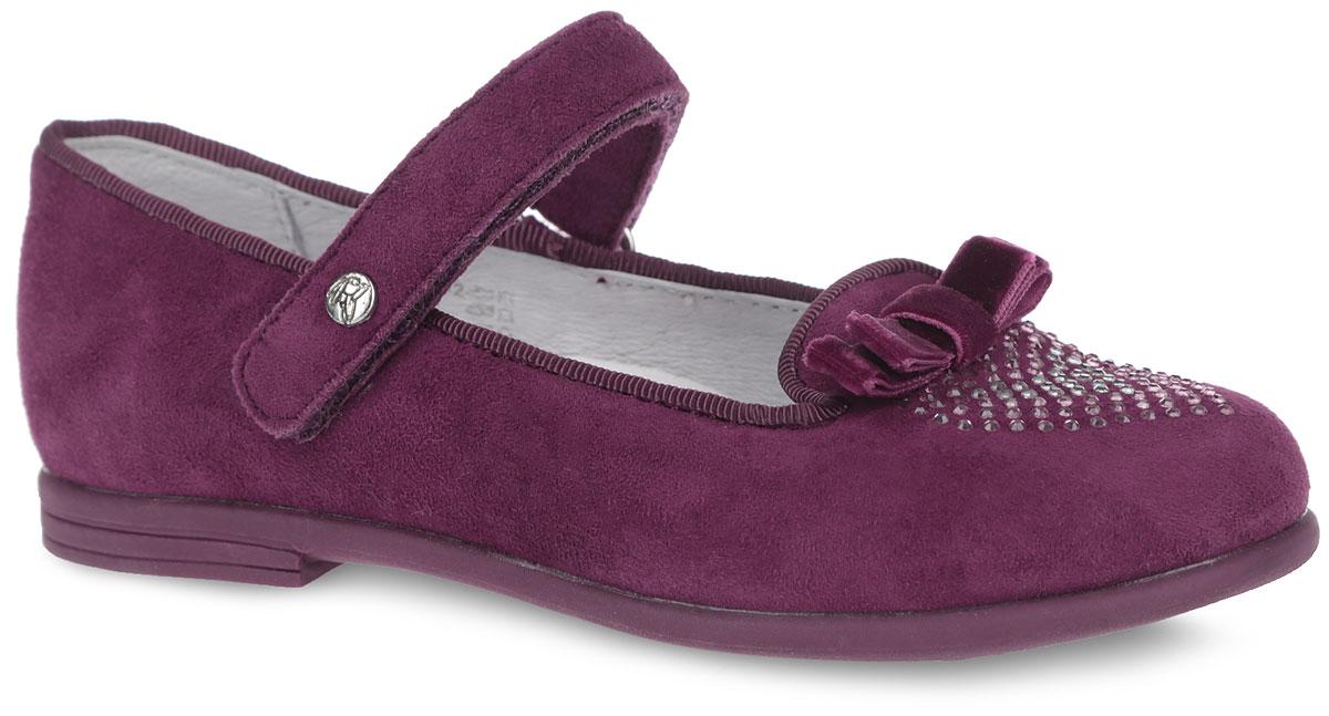 Туфли для девочки. 22314-222314-2Элегантные туфли от Kapika придутся по душе вашей юной моднице! Модель выполнена из натуральной замши. Мыс туфель оформлен стразами и текстильным бантиком. Ремешок на застежке-липучке отвечает за надежную фиксацию модели на ноге. Стелька из натуральной кожи дополнена супинатором с перфорацией, который обеспечивает правильное положение ноги ребенка при ходьбе, предотвращает плоскостопие. Анатомическая стелька обеспечивает воздухопроницаемость, отличную амортизацию, сохранение комфортного микроклимата обуви, эффективное поглощение влаги и неприятных запахов. Рифленая поверхность подошвы гарантирует отличное сцепление с любыми поверхностями. Удобные туфли - незаменимая вещь в гардеробе каждой девочки.