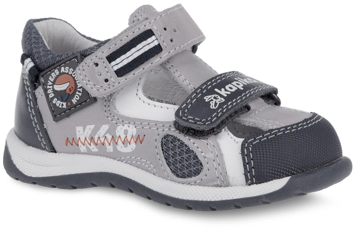 Сандалии для мальчика. 2126221262-1Модные сандалии от Kapika не оставят равнодушным вашего мальчика! Модель изготовлена из натурального нубука со вставками из натуральной кожи и текстиля. Ремешки с застежками-липучками в области подъема и щиколотки прочно закрепят обувь на ножке и отрегулируют нужный объем. С одной из боковых сторон изделие оформлено фирменной нашивкой и зигзагообразным швом, на ремешке - фирменным тиснением. Уплотненный мысок защищает детскую стопу от ударов при движении. Внутренняя поверхность и стелька из натуральной кожи. Стелька дополнена супинатором, который гарантирует правильное положение ноги ребенка при ходьбе. Стелька также обеспечивает воздухопроницаемость модели, отличную амортизацию, сохранение комфортного микроклимата обуви, эффективное поглощение влаги и неприятных запахов. Подошва с протектором обеспечивает отличное сцепление с любой поверхностью. Практичные и стильные сандалии займут достойное место в гардеробе вашего ребенка.