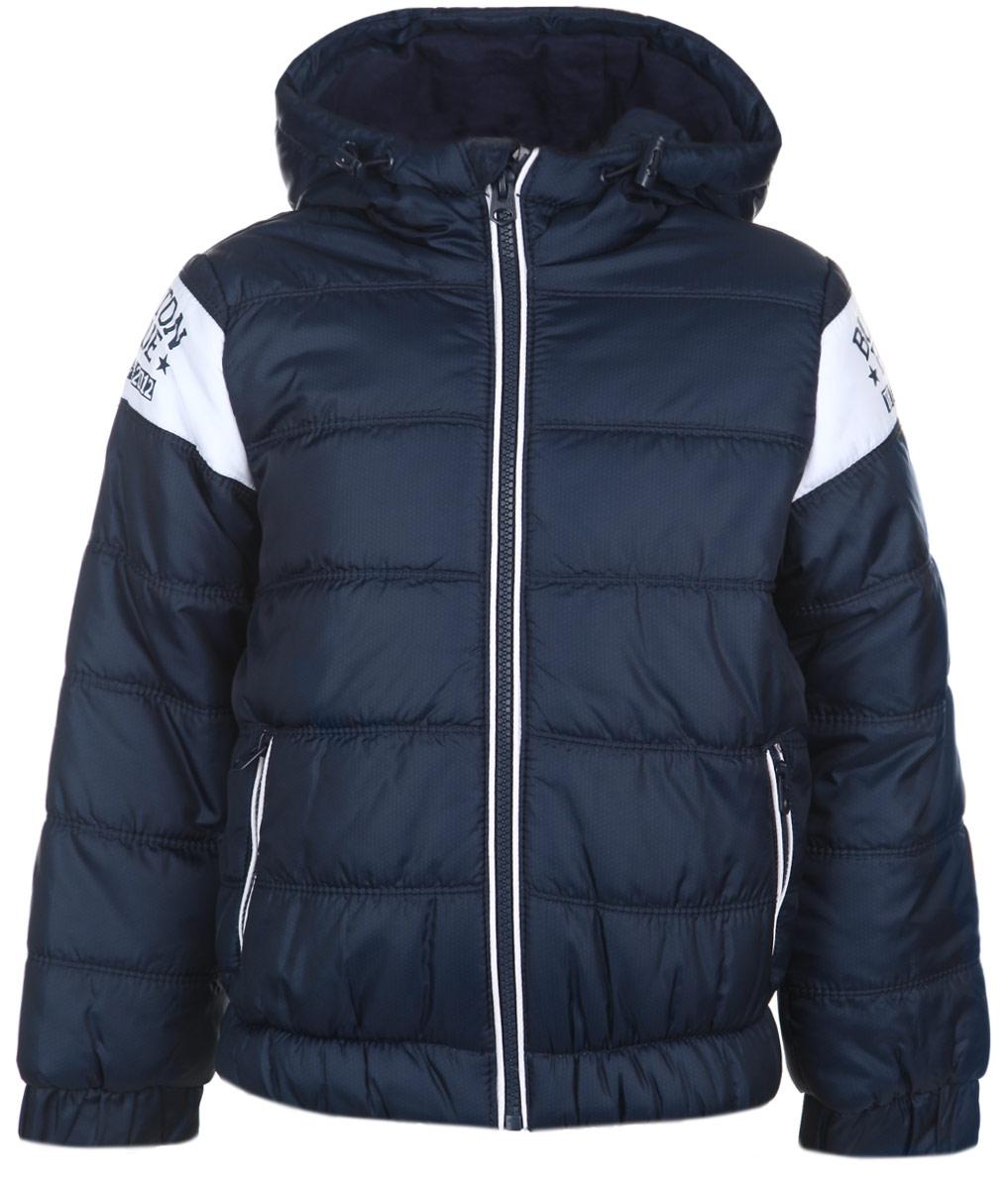 Куртка для мальчика. 116BBBB4101116BBBB4101Утепленная куртка для мальчика Button Blue идеально подойдет вашему ребенку в прохладное время года. Куртка изготовлена из водоотталкивающей и ветрозащитной ткани с утеплителем из 100% полиэстера. В качестве подкладки используется натуральный хлопок. Куртка с капюшоном застегивается на пластиковую застежку-молнию с защитой подбородка и дополнительно имеет внутренний ветрозащитный клапан. Капюшон дополнен по краю скрытой резинкой со стопперами. Рукава дополнены широкими эластичными манжетами. Понизу проходит широкая эластичная резинка, препятствующая проникновению холодного воздуха. Спереди имеются два прорезных кармана на молниях. Рукава оформлены контрастными вставками, оформленными небольшим принтом с названием бренда. Комфортная, удобная и теплая куртка идеально подойдет для прогулок и игр на свежем воздухе!