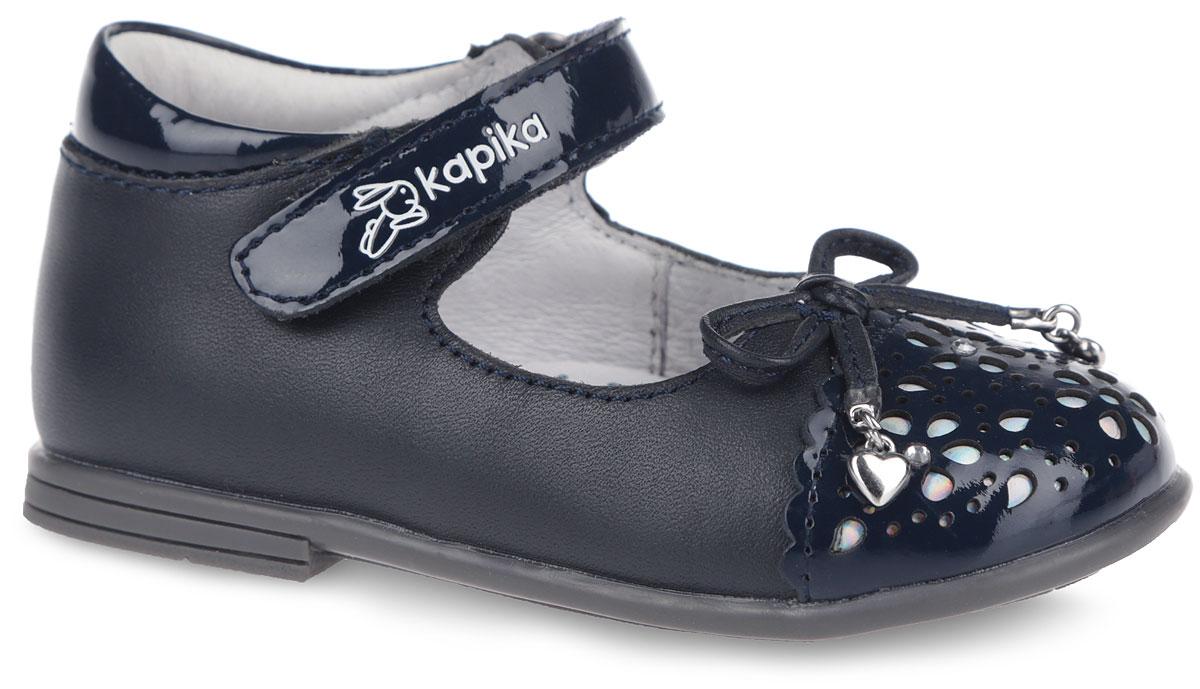 21281-1Очаровательные туфли от Kapika придутся по душе вашей юной моднице! Модель выполнена из натуральной кожи и дополнена вставками из лаковой кожи. Мыс изделия оформлен декоративным тиснением и украшен бантиком с металлическими подвесками. Внутренняя поверхность из натуральной кожи. Застегивается модель на ремешок с липучкой, оформленный фирменным тиснением. Стелька из натуральной кожи дополнена супинатором с перфорацией, который обеспечивает правильное положение ноги ребенка при ходьбе, предотвращает плоскостопие. Анатомическая стелька обеспечивает воздухопроницаемость, отличную амортизацию, сохранение комфортного микроклимата обуви, эффективное поглощение влаги и неприятных запахов. Рифленая поверхность подошвы гарантирует отличное сцепление с любыми поверхностями. Удобные туфли - незаменимая вещь в гардеробе каждой девочки.