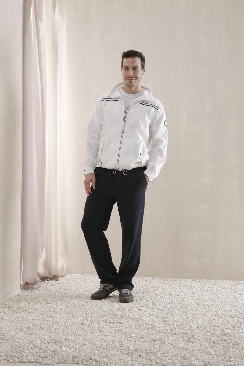 Комплект мужской Holiday: ветровка, футболка, брюки. 51245124Комплект мужской одежды Relax Mode Holiday включает в себя ветровку, футболку и брюки. Ветровка выполнена из эластичного хлопка, футболка и брюки изготовлены из хлопка в сочетании с модалом. Комплект мягкий и приятный на ощупь, не сковывает движения и позволяет коже дышать, обеспечивая комфорт. Ветровка с воротником-стойкой и длинными рукавами застегивается на молнию по всей длине. Манжеты на рукавах дополнены трикотажными резинками и застегиваются на кнопки. Спереди предусмотрены два втачных кармана с клапанами на кнопках. По низу изделия проходит эластичная резинка со стопперами. Модель оформлена контрастными полосками, вышитыми надписями и нашивкой. Футболка с короткими рукавами имеет круглый вырез горловины, оформленный трикотажной резинкой. Изделие украшено принтом. Брюки прямого кроя с эластичной резинкой на талии застегиваются на пуговицы. Спереди расположены два втачных кармана, сзади - два накладных. Стильный комплект одежды станет...