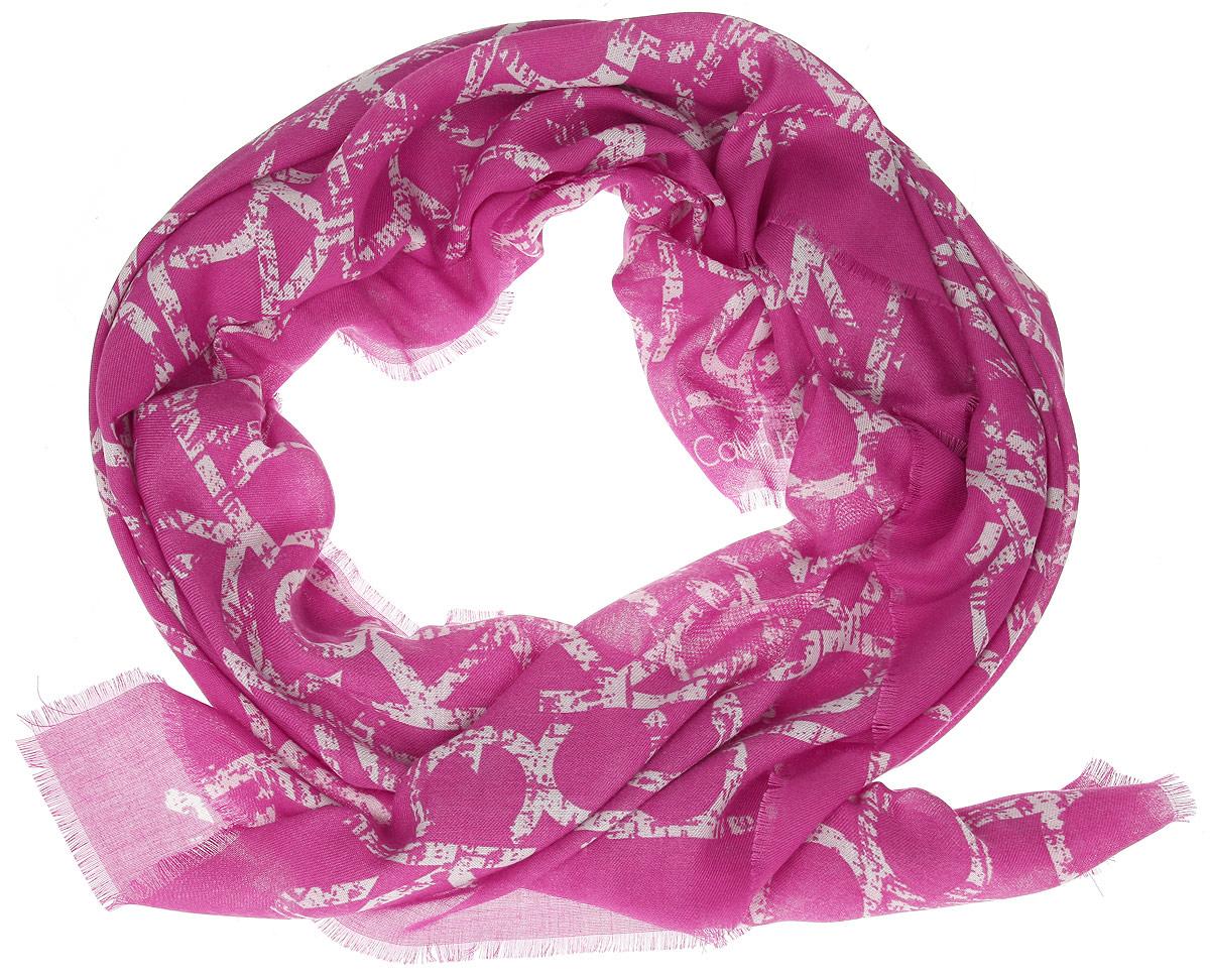 Шарф женский. K60K601027K60K601027Модный женский шарф Calvin Klein подарит вам уют и станет стильным аксессуаром, который призван подчеркнуть вашу индивидуальность и женственность. Тонкий шарф выполнен из высококачественного материала, он невероятно мягкий и приятный на ощупь. Шарф оформлен тонкой бахромой по краю. Этот модный аксессуар гармонично дополнит образ современной женщины, следящей за своим имиджем и стремящейся всегда оставаться стильной и элегантной. Такой шарф украсит любой наряд и согреет вас в непогоду, с ним вы всегда будете выглядеть изысканно и оригинально.