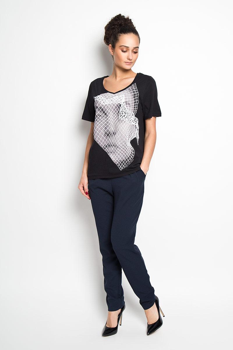 ФутболкаJ2IJ204334Стильная женская футболка Calvin Klein Jeans, выполненная из 100 % хлопка, приятная на ощупь не сковывает движения и позволяет коже дышать. Модель с V-образным вырезом горловины и короткими рукавами спереди оформлена эффектным принтом и изображением логотипа бренда. Эта футболка станет отличным дополнением к вашему гардеробу.