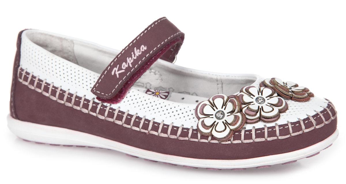 Туфли для девочки. 23230-123230-1Очаровательные туфли от Kapika придутся по душе вашей юной моднице! Модель, выполненная из натуральной кожи и нубука, оформлена декоративным швом и перфорацией. Мыс туфель украшен композицией из трех цветков. Застегивается модель на ремешок с липучкой, оформленный фирменным тиснением. Внутренняя поверхность и стелька выполнены из натуральной кожи. Стелька дополнена супинатором с перфорацией, который обеспечивает правильное положение ноги ребенка при ходьбе, предотвращает плоскостопие. Анатомическая стелька обеспечивает воздухопроницаемость, отличную амортизацию, сохранение комфортного микроклимата обуви, эффективное поглощение влаги и неприятных запахов. Рифленая поверхность подошвы гарантирует отличное сцепление с любыми поверхностями. Удобные туфли - незаменимая вещь в гардеробе каждой девочки.