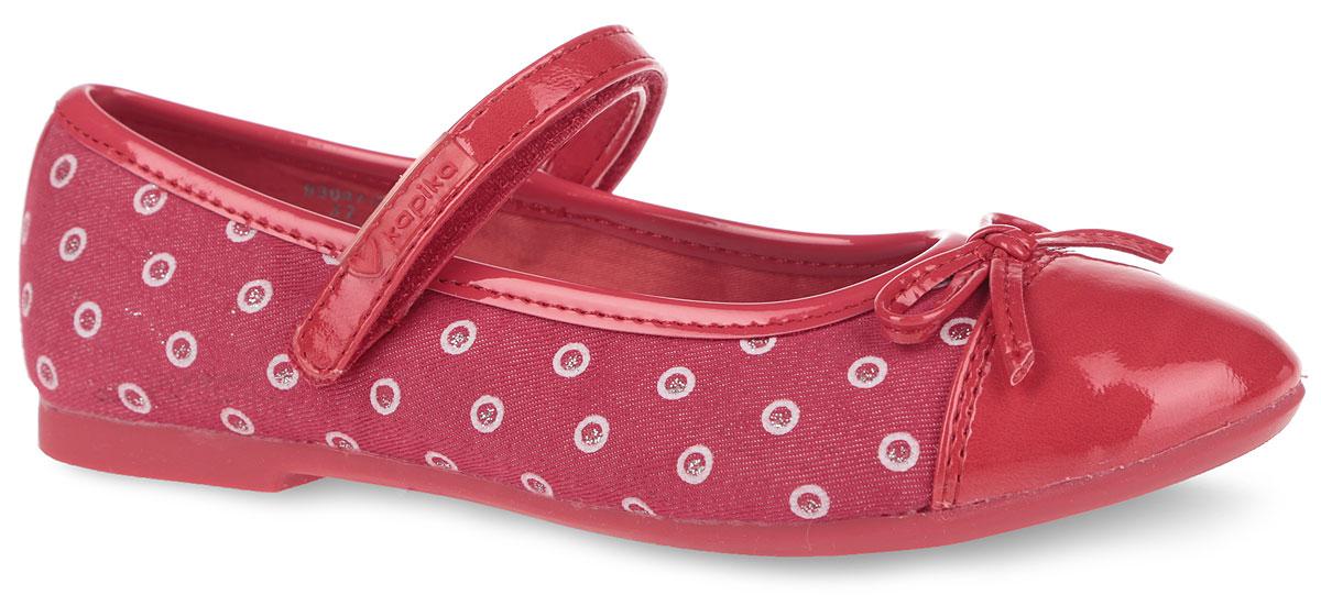 Туфли для девочки. 93047-293047-2Очаровательные туфли от Kapika придутся по душе вашей юной моднице! Модель выполнена из текстиля с оригинальным принтом и дополнена вставками из искусственной лаковой кожи. Мыс туфель оформлен декоративным бантиком. Застегивается модель на ремешок с липучкой, оформленный фирменной нашивкой. Стелька из натуральной кожи дополнена супинатором с перфорацией, который обеспечивает правильное положение ноги ребенка при ходьбе, предотвращает плоскостопие. Анатомическая стелька обеспечивает воздухопроницаемость, отличную амортизацию, сохранение комфортного микроклимата обуви, эффективное поглощение влаги и неприятных запахов. Рифленая поверхность подошвы гарантирует отличное сцепление с любыми поверхностями. Удобные туфли - незаменимая вещь в гардеробе каждой девочки.