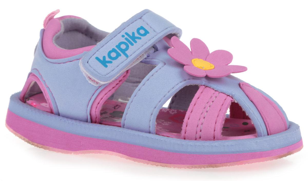 Сандалии для девочки. 8206782067Чудесные сандалии от Kapika очаруют вашу девочку с первого взгляда! Модель изготовлена из полимерного материала и оформлена в области подъема нашивкой в виде цветка. Удобная застежка-липучка, дополненная символикой бренда, надежно зафиксирует ножку вашей малышки и отрегулирует нужный объем. Подкладка, выполненная на 80% из хлопка, и стелька из ЭВА материала, оформленная яркими изображениями, обеспечат комфорт и уют. Задник украшен декоративным ярлычком и нашивкой с блестками в виде сердца. Максимально комфортная подошва дополнена рифлением, предназначенным для лучшей сцепки с поверхностью. Практичные и стильные сандалии будут незаменимы при походе на пляж. В комплект входит пластиковая сумочка и браслет.