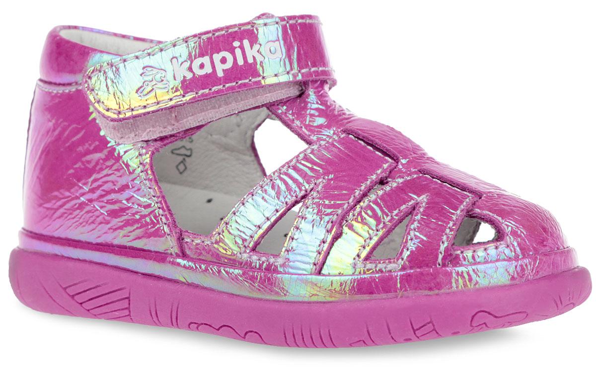 Сандалии для девочки. 2126421264-1Модные сандалии от Kapika не оставят равнодушной вашу девочку! Модель изготовлена из натуральной лаковой кожи. Ремешок с застежкой-липучкой в области щиколотки, оформленный фирменным тиснением, прочно закрепит обувь на ножке и отрегулирует нужный объем. Внутренняя поверхность и стелька из натуральной кожи. Стелька дополнена супинатором, который гарантирует правильное положение ноги ребенка при ходьбе. Стелька также обеспечивает воздухопроницаемость модели, отличную амортизацию, сохранение комфортного микроклимата обуви, эффективное поглощение влаги и неприятных запахов. Подошва с протектором обеспечивает отличное сцепление с любой поверхностью. Практичные и стильные сандалии займут достойное место в гардеробе вашего ребенка.