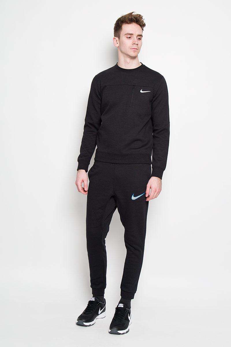 Брюки спортивные мужские Club FLC TPR CFF PNT-SWH+. 727766727766-010Мужской спортивные брюки Nike Club FLC TPR CFF PNT-SWH+ изготовлены из хлопка с добавлением полиэстера, идеально подойдут для повседневной носки и для занятия спортом в прохладное время года. Материал очень мягкий и приятный на ощупь, не сковывает движения и позволяет коже дышать. Лицевая сторона материала гладкая, а изнаночная - с теплым мягким начесом. Брюки немного зауженного кроя, на поясе имеют удобную эластичную резинку, регулируемую скрытым шнурком, благодаря чему они не сдавливают живот и не сползают. Низ брючин дополнен эластичными манжетами. По бокам брюк расположены втачные карманы, а сзади - втачной карман на липучке. Брюки декорированы вышивкой логотипа бренда. Вставка в шаговой области придает свободу движений. Брюки Nike Club FLC TPR CFF PNT-SWH+ станут отличным дополнением к вашему гардеробу.