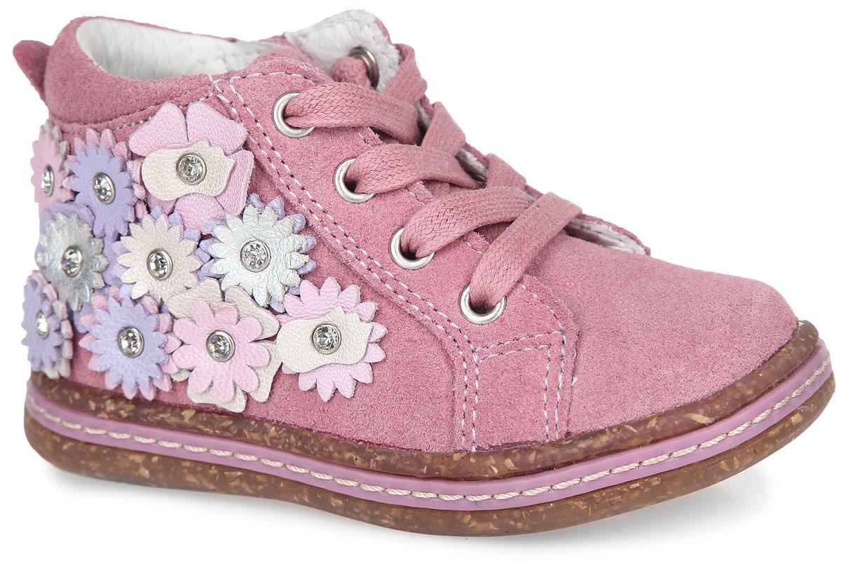 Ботинки для девочки. 51094-151094-1Чудесные детские ботинки от Kapika заинтересуют вашу маленькую модницу с первого взгляда. Модель выполнена из натурального спилка. Подъем дополнен классической шнуровкой, с помощью которой можно регулировать объем, и металлическими люверсами. Мягкая верхняя часть и подкладка, изготовленная из натуральной кожи, обеспечивают дополнительный комфорт и предотвращают натирание. Антибактериальная, влагопоглощающая, амортизирующая, анатомическая стелька из ЭВА материала с верхним покрытием из натуральной кожи, дополненная легкой перфорацией, обеспечивает максимальную устойчивость ноги при ходьбе, правильное формирование стопы и снижение общей утомляемости ног. Сбоку обувь декорирована оригинальной аппликацией в виде цветов и стразами. Язычок дополнен тиснением в виде символики бренда. Ботинки застегиваются на застежку-молнию, расположенную на одной из боковых сторон. Подошва оснащена рифлением для лучшей сцепки с поверхностью. Стильные ботинки займут достойное место в гардеробе вашего ребенка.