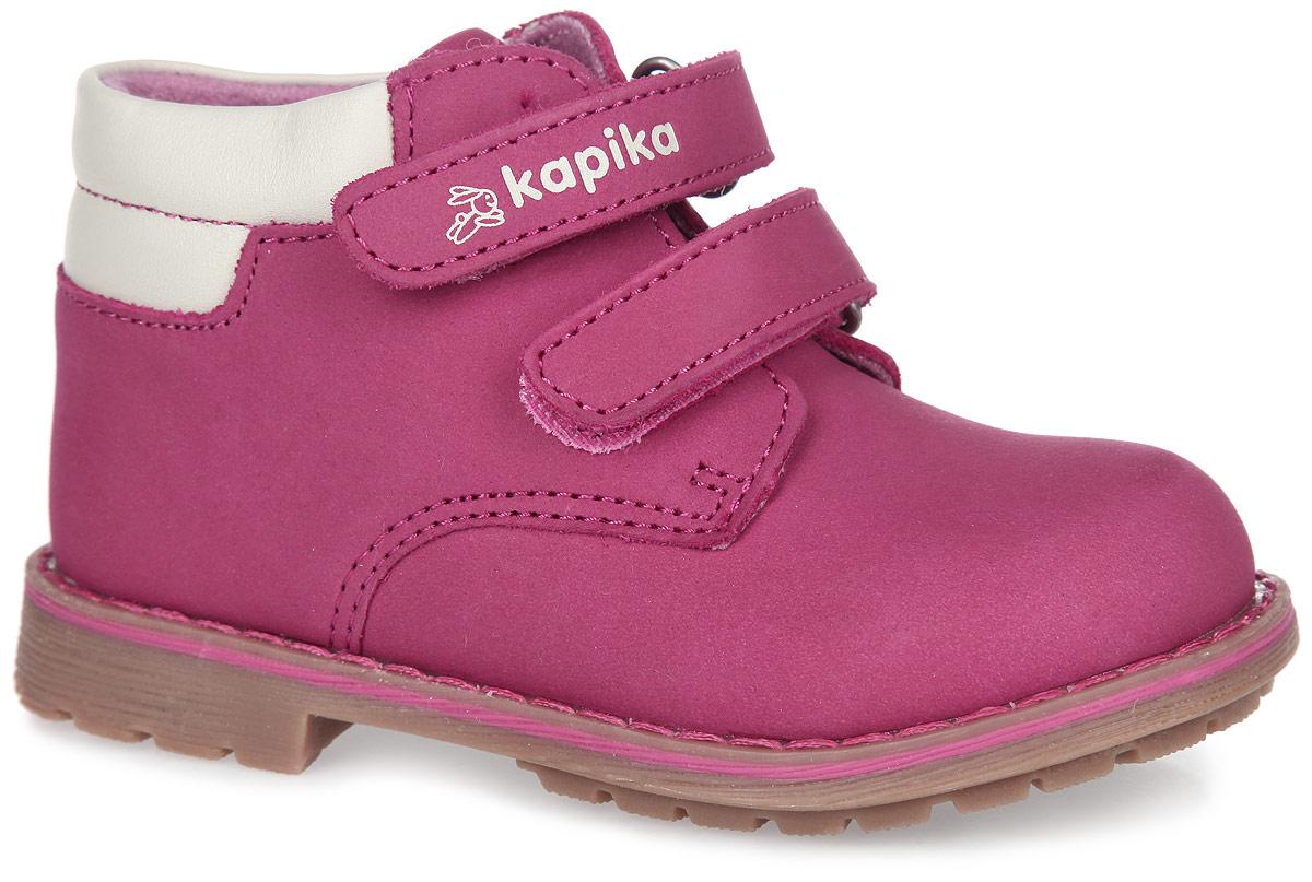 Ботинки для девочки. 52200-152200-1Прелестные детские ботинки от Kapika очаруют вашу дочурку с первого взгляда. Модель выполнена из натурального нубука и дополнена по канту вставкой из натуральной кожи контрастного цвета. Ремешки на застежке-липучке, один из которых декорирован символикой бренда, помогают оптимально подогнать полноту обуви по ноге, и гарантируют надежную фиксацию. Благодаря такой застежке ребенок может самостоятельно надевать обувь. Мягкая верхняя часть и подкладка, изготовленная на 80% из шерсти, обеспечивают дополнительный комфорт и предотвращают натирание. Антибактериальная, влагопоглощающая, амортизирующая, анатомическая стелька из ЭВА материала с верхним покрытием из шерсти, дополненная легкой перфорацией, обеспечивает максимальную устойчивость ноги при ходьбе, правильное формирование стопы и снижение общей утомляемости ног. Широкий, устойчивый каблук и подошва оснащены рифлением для лучшей сцепки с поверхностью. Чудесные ботинки займут достойное место в гардеробе вашего ребенка.