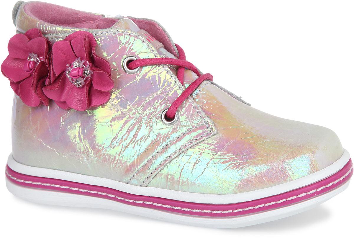 Ботинки для девочки. 52119-452119-4Очаровательные детские ботинки от Kapika приведут в восторг вашу маленькую модницу. Модель выполнена из натуральной лаковой кожи. Подъем дополнен шнуровкой, с помощью которой можно регулировать объем, и металлическими люверсами. Мягкая верхняя часть и подкладка, изготовленная на 80% из шерсти, обеспечивают дополнительный комфорт и предотвращают натирание. Антибактериальная, влагопоглощающая, амортизирующая, анатомическая стелька из ЭВА материала с верхним покрытием из шерсти, дополненная легкой перфорацией, обеспечивает максимальную устойчивость ноги при ходьбе, правильное формирование стопы и снижение общей утомляемости ног. Сбоку ботинки декорированы оригинальной аппликацией в виде двух цветков, инкрустированных стразами. Язычок дополнен нашивкой с символикой бренда. Ботинки застегиваются на застежку-молнию, расположенную на одной из боковых сторон. Подошва оснащена рифлением для лучшей сцепки с поверхностью. Чудесные ботинки займут достойное место в гардеробе...