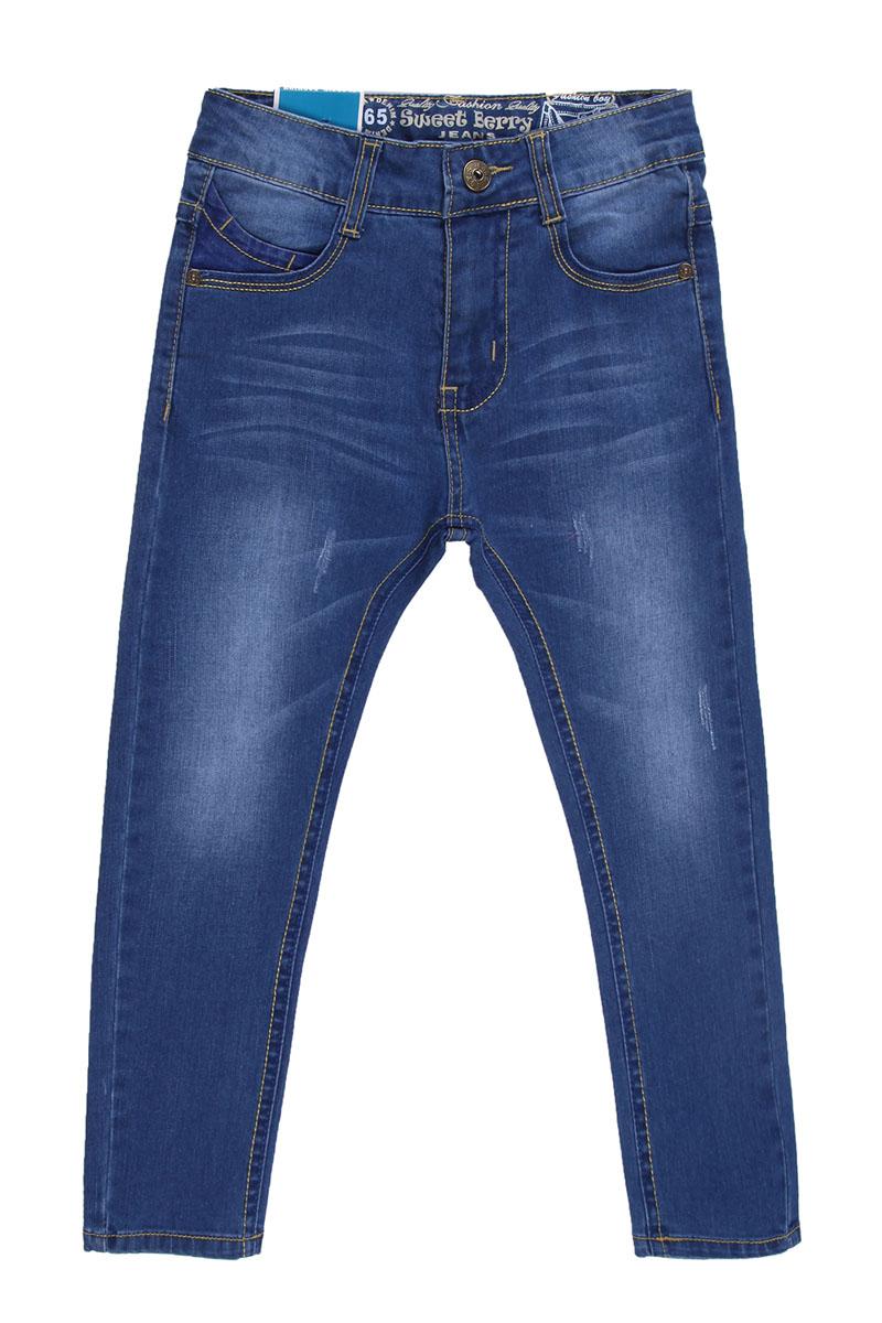 Джинсы для мальчика. 196335196335Удобные джинсы для мальчика Sweet Berry идеально подойдут вашему маленькому моднику. Изготовленные из эластичного хлопка, они мягкие и приятные на ощупь, не сковывают движения, сохраняют тепло и позволяют коже дышать, обеспечивая наибольший комфорт. Джинсы застегиваются на пуговицу в поясе, также имеются шлевки для ремня и ширинка на застежке-молнии. Объем пояса регулируется при помощи эластичной резинки с пуговицей изнутри. Джинсы имеют классический пятикарманный крой: спереди модель дополнена двумя втачными карманами и одним маленьким накладным кармашком, а сзади - двумя накладными карманами. Модель оформлена контрастной декоративной отстрочкой на карманах сзади и модными потертостями. Практичные и стильные джинсы идеально подойдут вашему малышу, а модная расцветка и высококачественный материал позволят ему комфортно чувствовать себя в течение дня!