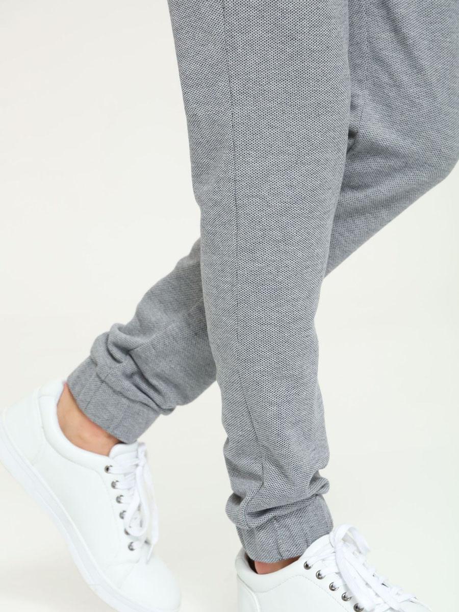 Брюки спортивныеDSP0151SZСтильные мужские спортивные брюки Drywash великолепно подойдут для отдыха и занятий спортом. Модель зауженного книзу кроя и средней посадки изготовлена из хлопка и полиэстера, мягкая и приятная на ощупь, не сковывает движения и позволяет коже дышать, обеспечивая комфорт. Брюки с широкой эластичной резинкой в поясе по бокам дополнены двумя втачными карманами. Сзади изделие оформлено декоративной нашивкой и имитацией втачных карманов с горизонтальными срезами. Эти модные и в тоже время удобные брюки - настоящее воплощение комфорта. В них вы всегда будете чувствовать себя уверенно и уютно.