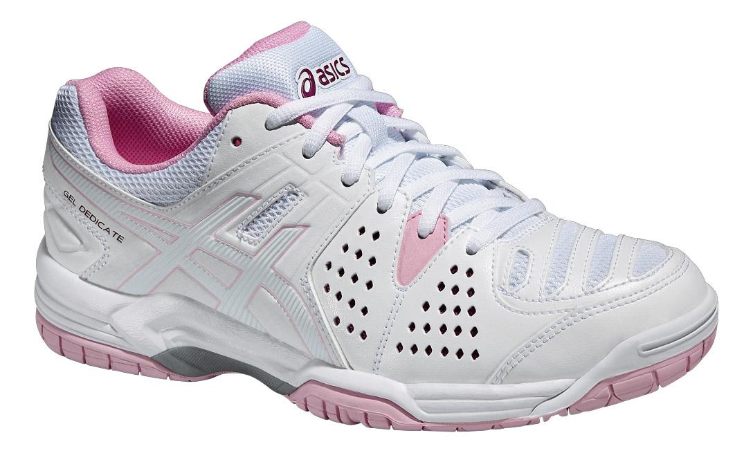 Кроссовки для тенниса женские Gel-Dedicate 4. E557Y-0117E557Y-0117Женские кроссовки для тенниса Asics Gel-Dedicate 4 изготовлены из комбинации сетчатого текстиля и искусственной кожи, создающими выдающуюся форму верха с превосходной вентиляцией, благодаря легкой перфорации. Подъем оформлен классической шнуровкой, которая надежно фиксирует обувь на ноге и регулирует объем. Стелька, которая идеально подстраивается под анатомические контуры стопы, изготовлена из ЭВА материала с верхним покрытием из текстиля. Подкладка из текстиля обеспечит уют ногам. Вставка в носочной области из термостойкого геля на силиконовой основе значительно уменьшает нагрузку на пятку, колени и позвоночник спортсмена, снижая возможность получения травмы. По бокам кроссовки декорированы оригинальным принтом и тиснением. Язычок и задник дополнены символикой бренда. Пластиковый элемент Trusstic под средней частью подошвы препятствует скручиванию стопы. Подметка не оставляет следов на поверхности. Подошва из полимера оснащена рифлением для лучшей сцепки с поверхностью.