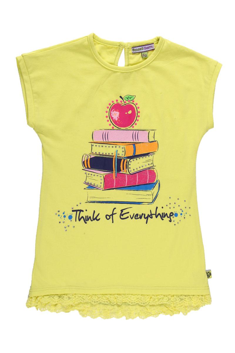 Футболка для девочки. 195413195413Очаровательная футболка для девочки Sweet Berry идеально подойдет вашей малышке. Изготовленная из эластичного хлопка, она необычайно мягкая и приятная на ощупь, не сковывает движения малыша и позволяет коже дышать, не раздражает даже самую нежную и чувствительную кожу ребенка, обеспечивая ему наибольший комфорт. Удлиненная футболка слегка приталенного силуэта с короткими рукавами-кимоно и круглым вырезом горловины на спинке имеет небольшую застежку на пластиковую пуговицу. Низ изделия дополнен оборкой из эластичного кружева. Спереди футболка оформлена ярким принтом с блестящим напылением и стразами. Спинка футболки слегла удлинена. Очаровательный дизайн и яркая расцветка делают эту модель модным и стильным предметом детского гардероба. В ней ваша маленькая принцесса будет чувствовать себя уютно и комфортно и всегда будет в центре внимания!