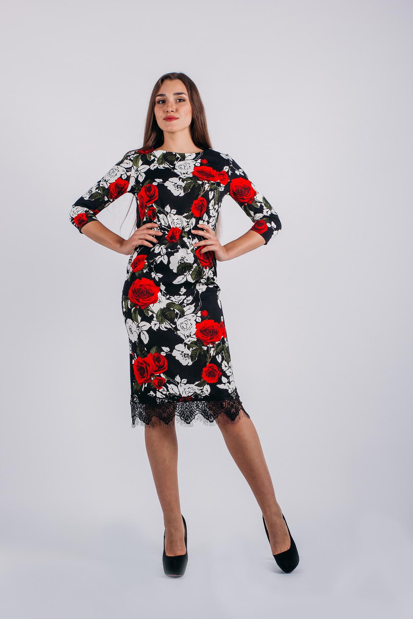 Платье. 738738Потрясающее трикотажное платье Lautus, выполненное из высококачественного плотного материала, оформлено цветочным принтом. Модель-миди, с рукавами 3/4 и круглым вырезом горловины, на талии подчеркнуто эластичной резинкой, за счет чего платье смотрится очень женственно. Низ изделия дополнен кружевной тканью с бахромой. В таком наряде вы, безусловно, привлечете восхищенные взгляды окружающих.