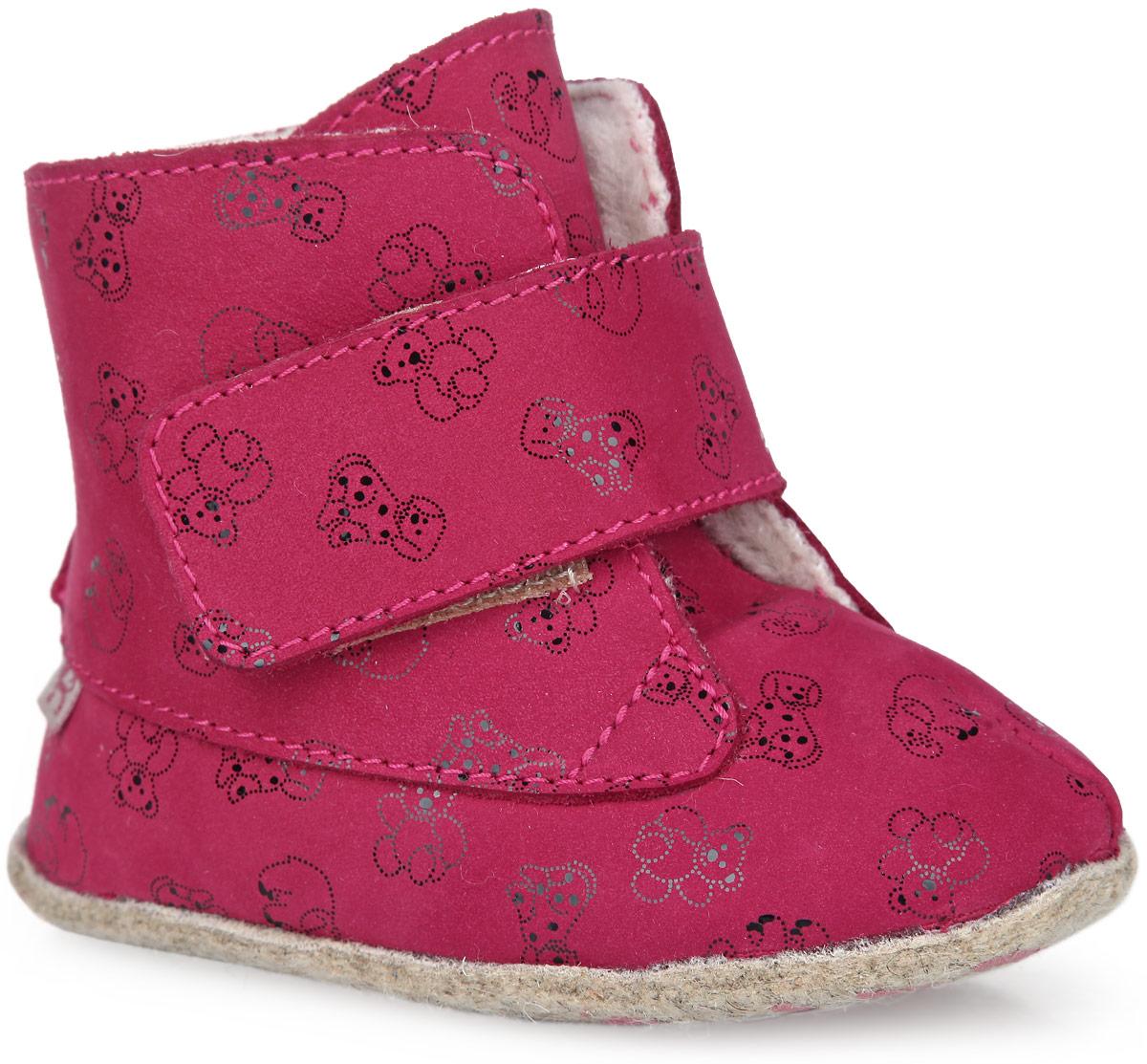 Пинетки для девочки. 002028-42002028-42Теплые пинетки для девочки Котофей, стилизованные под сапожки, станут отличным дополнением к детскому гардеробу. Изделие выполнено из натуральной кожи с ворсом из овечьей шерсти с высокими теплозащитными свойствами. Модель застегивается сбоку на застежку-липучку, которая фиксирует пинетки на ножке ребенка. На подошве предусмотрен рельефный рисунок, благодаря которому ребенок не будет скользить. Изделие украшено принтом с изображением игрушек. Комфортные, не сдавливающие ножку материалы делают модель практичной и популярной. Такие пинетки - отличное решение для малышей и их родителей!