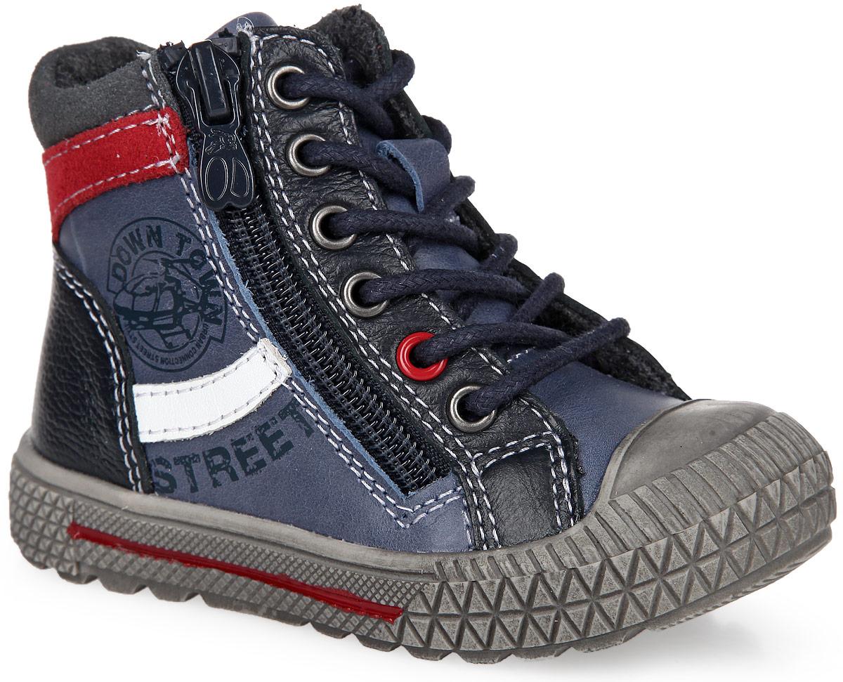 Ботинки для мальчика. 51092-351092-3Стильные детские ботинки от Kapika заинтересуют вашего малыша с первого взгляда. Модель выполнена из натуральной кожи разной фактуры контрастных цветов и оформлена по верху светлой прострочкой. Подъем дополнен шнуровкой, с помощью которой можно регулировать объем, и металлическими люверсами. Мягкая верхняя часть и подкладка, изготовленная на 80% из шерсти, обеспечивают дополнительный комфорт и предотвращают натирание. Антибактериальная, влагопоглощающая, амортизирующая, анатомическая стелька из ЭВА материала с верхним покрытием из шерсти, дополненная легкой перфорацией, обеспечивает максимальную устойчивость ноги при ходьбе, правильное формирование стопы и снижение общей утомляемости ног. Сбоку изделие декорировано оригинальным принтом. Язычок оформлен символикой бренда. Уплотненный мысок предназначен для дополнительной защиты. Ботинки застегиваются на застежку-молнию, расположенную на одной из боковых сторон. Подошва оснащена рифлением для лучшей сцепки с поверхностью. Чудесные...