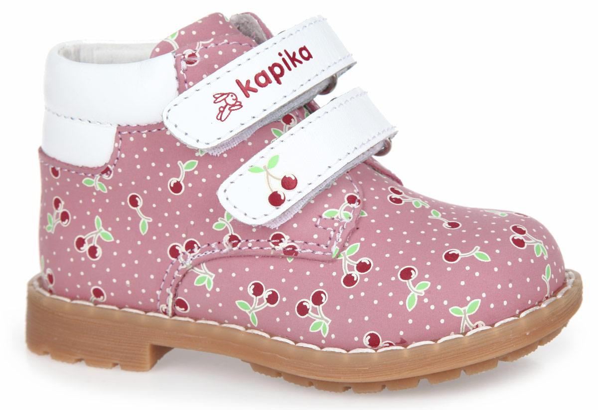 Ботинки для девочки. 51099-151099-1Очаровательные детские ботинки от Kapika заинтересуют вашу дочурку с первого взгляда. Модель выполнена из натурального нубука, дополненного вставками из натуральной кожи, и оформлена по верху оригинальным принтом в виде вишни. Ремешки на застежке-липучке, один из которых декорирован символикой бренда, а другой тиснением в виде ягоды, помогают оптимально подогнать полноту обуви по ноге, и гарантируют надежную фиксацию. Благодаря такой застежке ребенок может самостоятельно надевать обувь. Мягкая верхняя часть и подкладка, изготовленная из натуральной кожи, обеспечивают дополнительный комфорт и предотвращают натирание. Антибактериальная, влагопоглощающая, амортизирующая, анатомическая стелька из ЭВА материала с верхним покрытием из натуральной кожи, дополненная легкой перфорацией, обеспечивает максимальную устойчивость ноги при ходьбе, правильное формирование стопы и снижение общей утомляемости ног. Кант дополнен вставкой из натуральной кожи контрастного цвета. Широкий, устойчивый каблук...