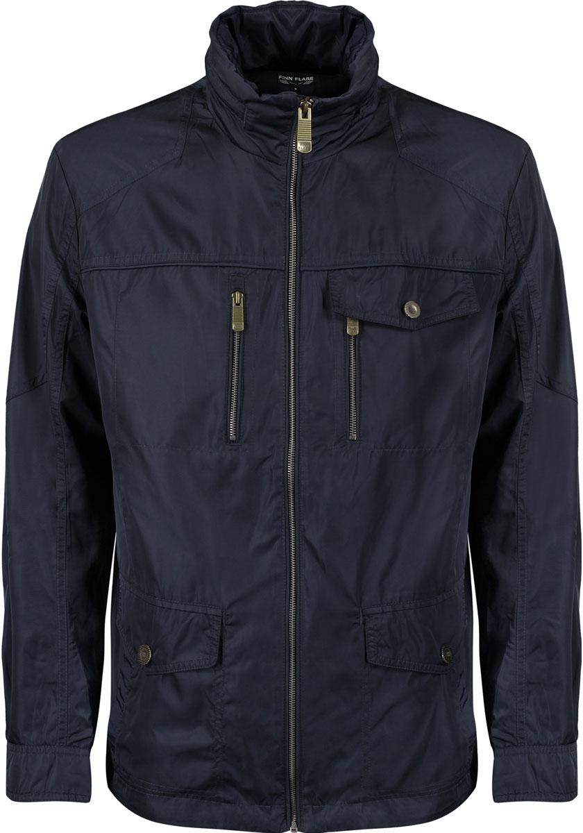 Куртка мужская. B15-22002B15-22002 200Стильная мужская куртка Finn Flare, изготовленная из полиэстера, подтвердит ваш статус модного и эффектного мужчины. Куртка с воротником-стойкой застегивается на металлическую застежку-молнию. По бокам модель дополнена двумя накладными карманами с клапанами на кнопках и двумя втачными карманами, а на груди - двумя прорезными карманами на застежке-молнии и накладным карманом на кнопке. Капюшон размещается в потайном кармане внутри воротника-стойки. На внутренней стороне размещается потайной карман на кнопке. Понизу модель регулируется кулиской со стопперами. Рукава дополнены широкими манжетами на кнопках. Такая куртка обеспечит вам не только красивый внешний вид и комфорт, но и дополнительную защиту от холода и ветра.