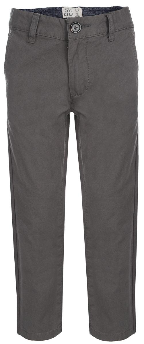 БрюкиP-815/240-6161Стильные брюки для мальчика Sela идеально подойдут юному моднику. Изготовленные из натурального хлопка, они мягкие и приятные на ощупь, не сковывают движения и позволяют коже дышать, обеспечивая наибольший комфорт. Брюки на талии застегиваются на пуговицу и имеют ширинку на застежке-молнии, а также шлевки для ремня. С внутренней стороны пояс регулируется скрытой резинкой на пуговицах. Модель прямого кроя имеет спереди два втачных кармана, а сзади - два прорезных кармана. Современный дизайн и расцветка делают эти брюки модным предметом детской одежды. В них ребенок всегда будет в центре внимания!